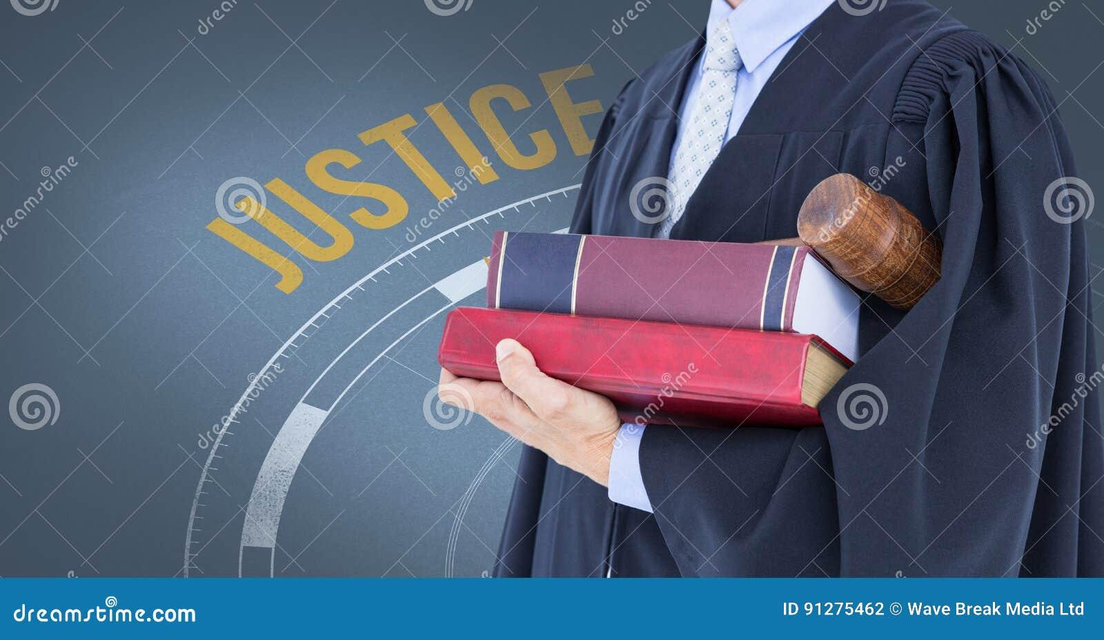 Midsection av domaren med böcker