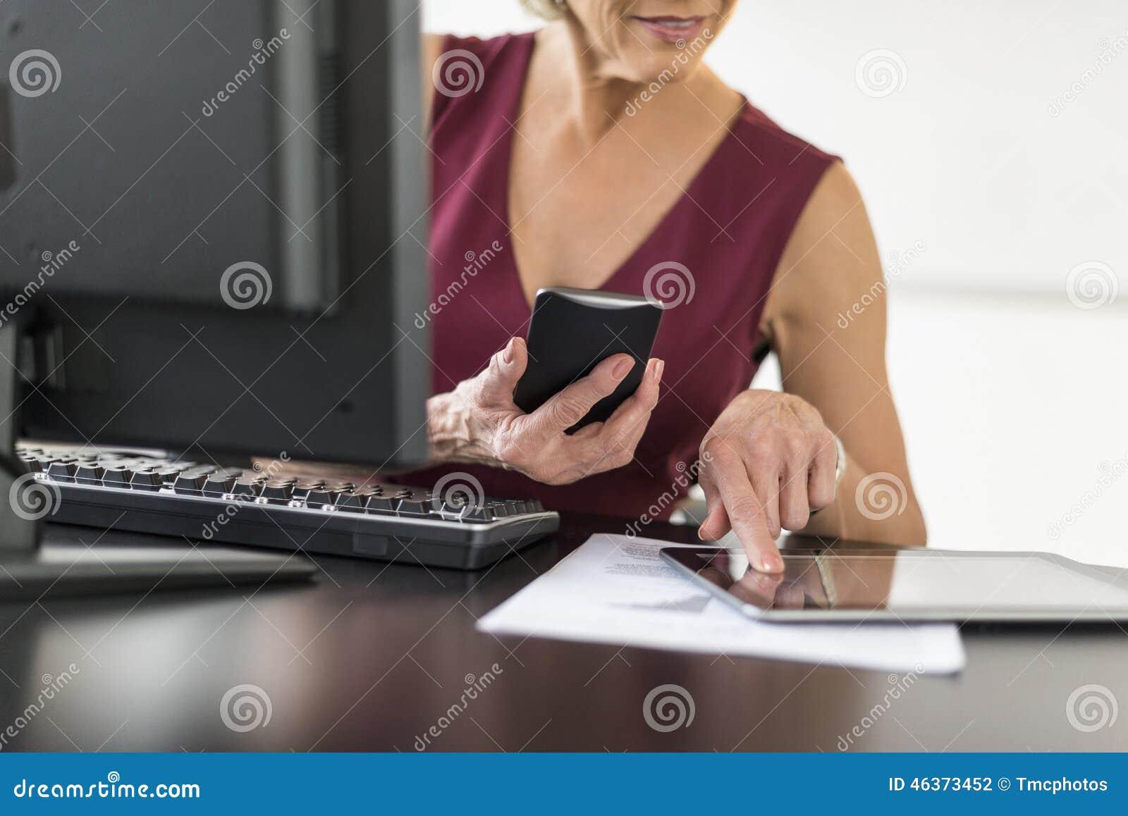 Midsection bizneswoman Używa technologie Przy biurkiem