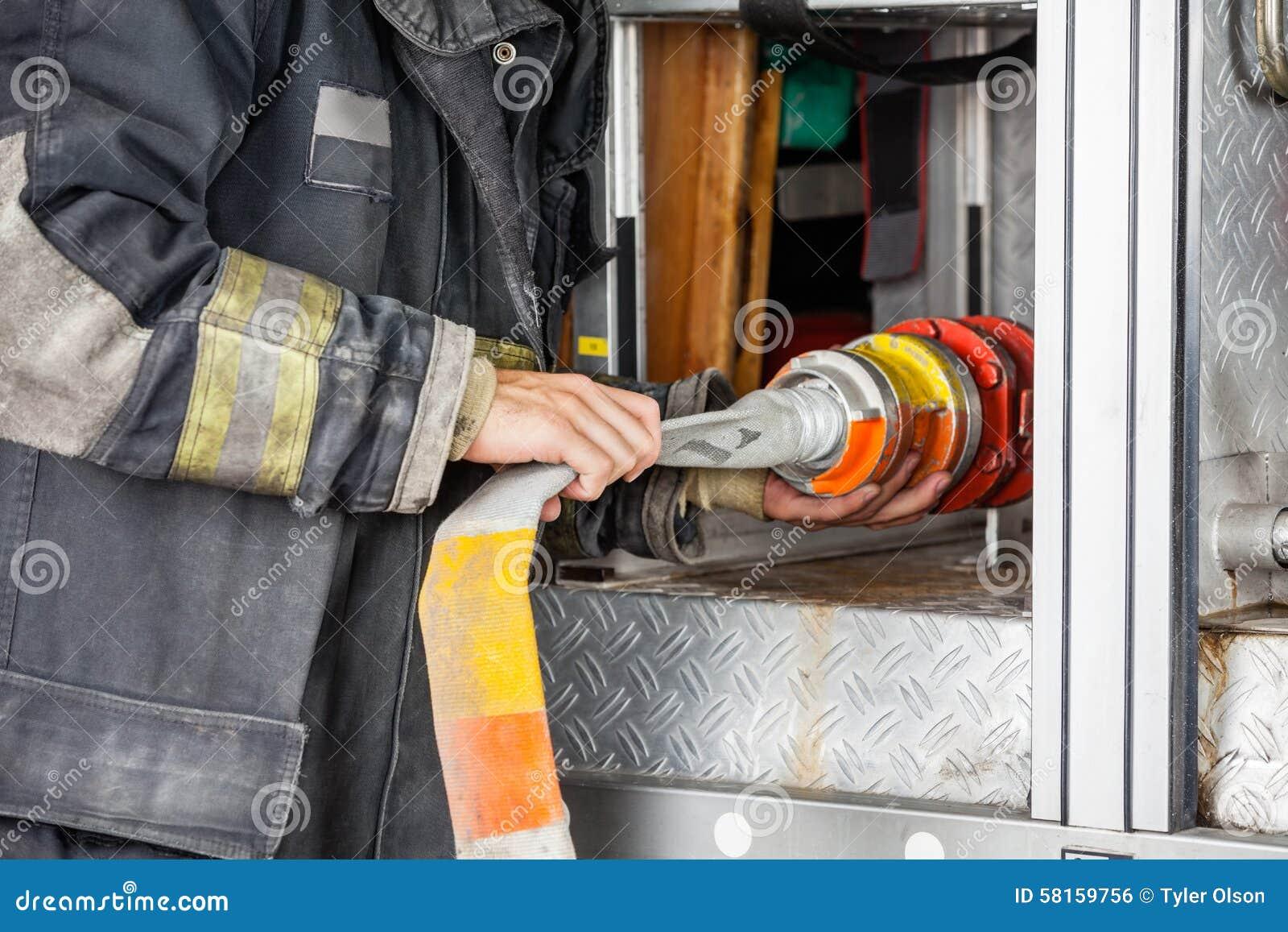 Midsection del camion di Adjusting Hose In del pompiere