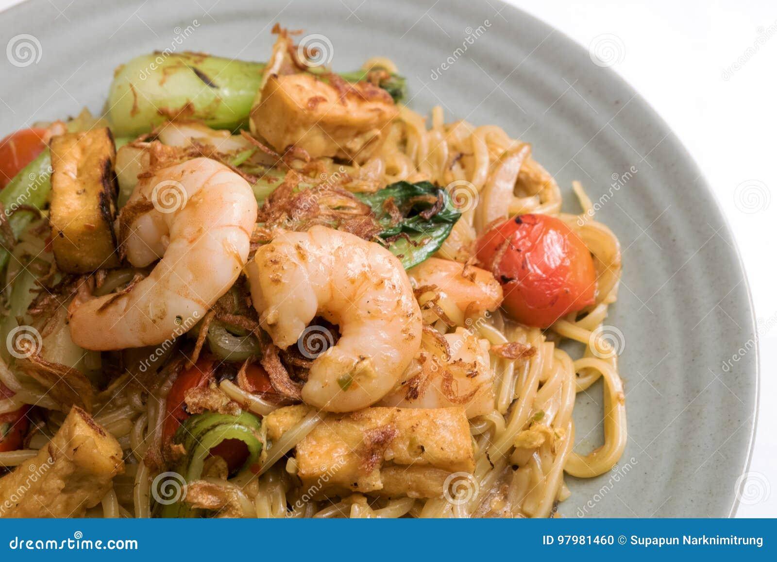 Mie goreng, τηγανισμένο κίτρινο νουντλς γαρίδων διάσημο ινδονησιακό πικάντικο πιάτο γαρίδων κρεμμυδιών κρεμμυδιών σκόρδου αυγών ν