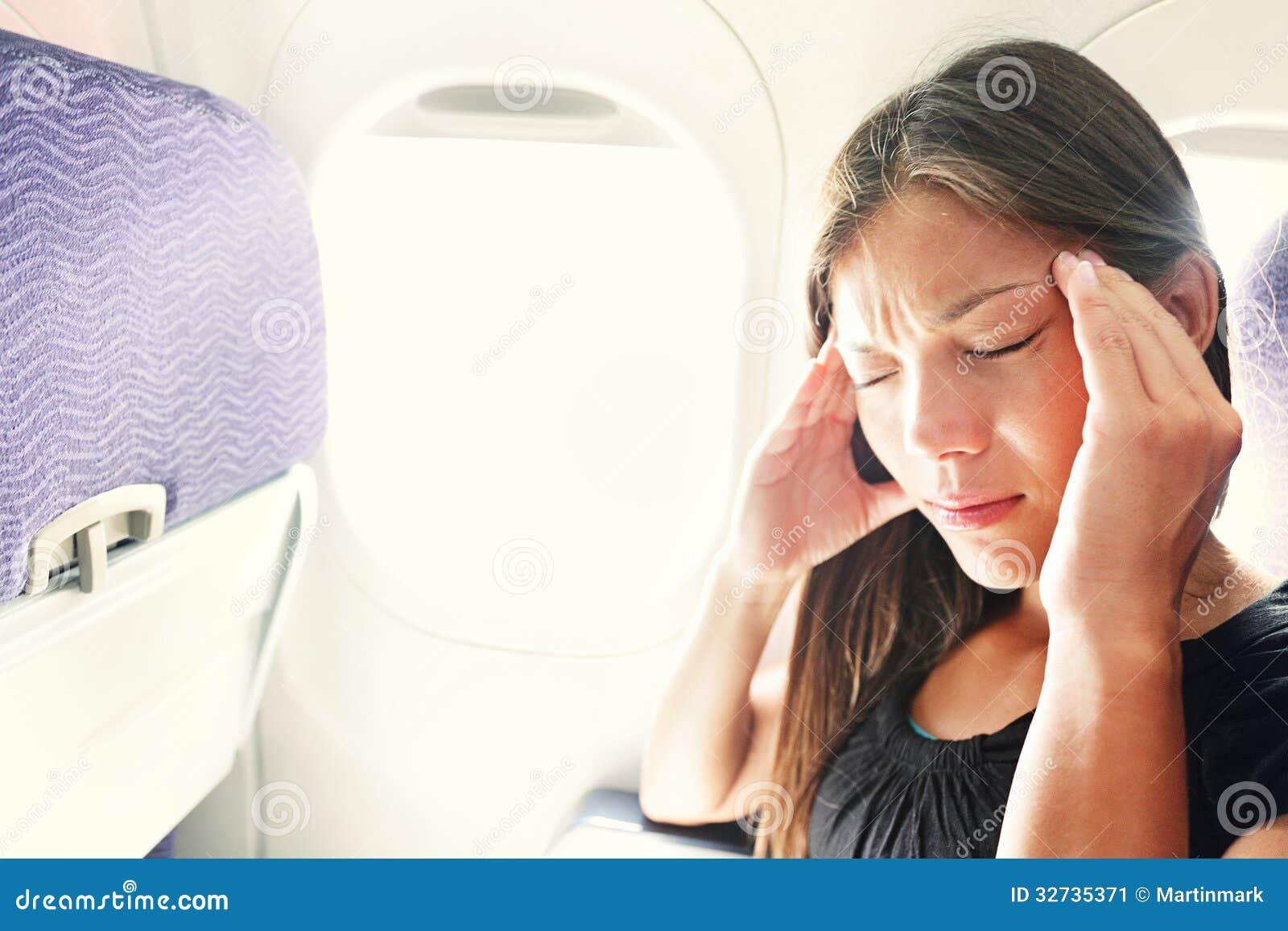 Miedo de la mujer del vuelo en mareado en el aire plano