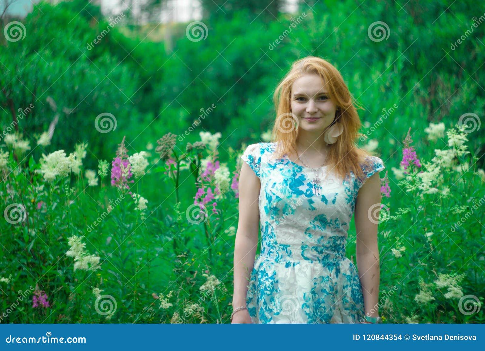 Miedzianowłosa dziewczyna w zielonej trawie