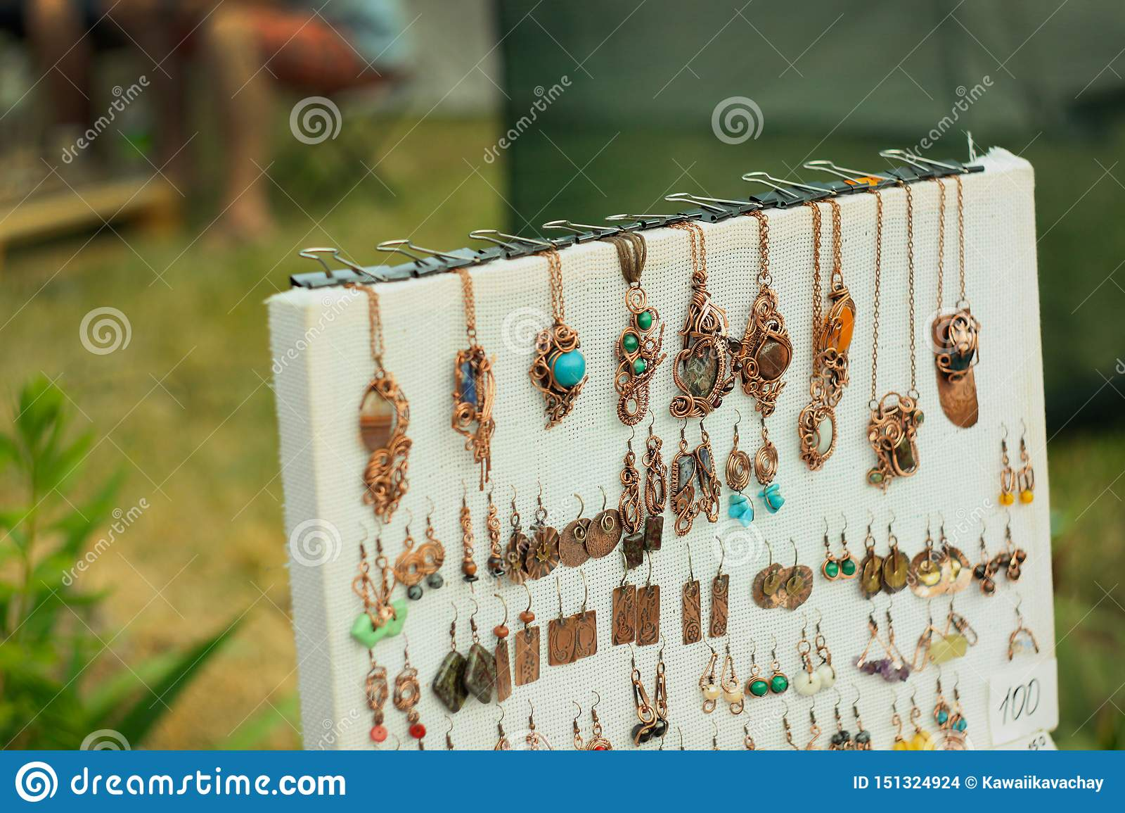 Miedziany drut zawijał biżuteria breloczek na ulicznej wystawie handmade i fałszujący produkty