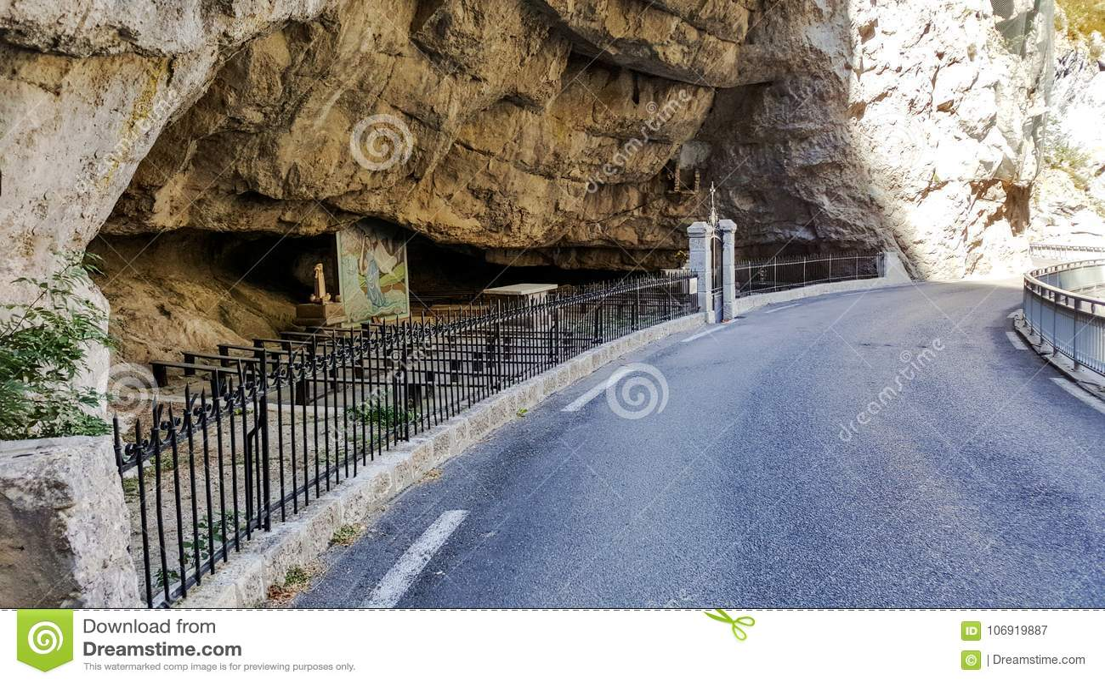 Miejsce dla modlitwy obok drogi w skale