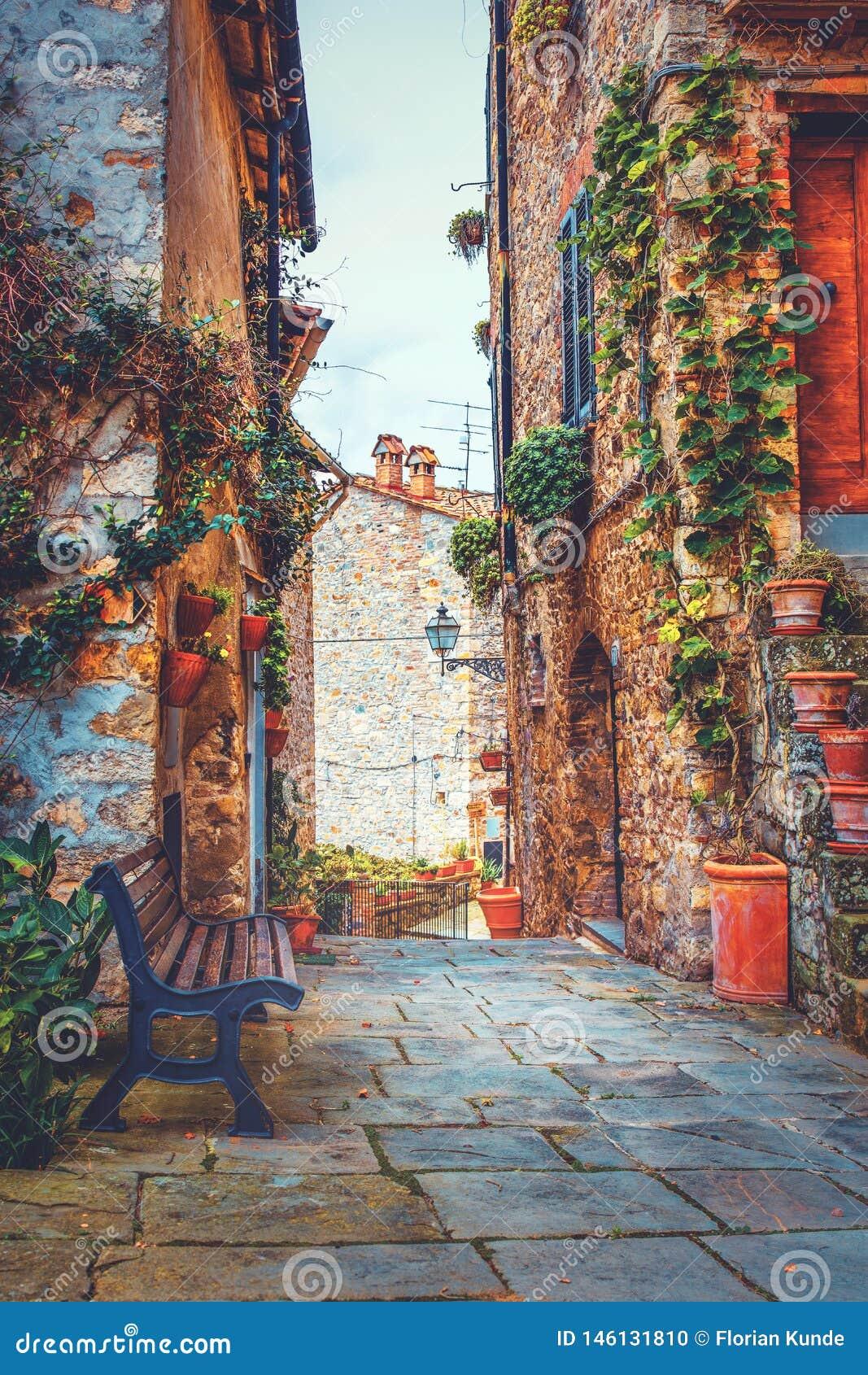 Miejsce odpoczywać w średniowiecznej wiosce w Tuscany