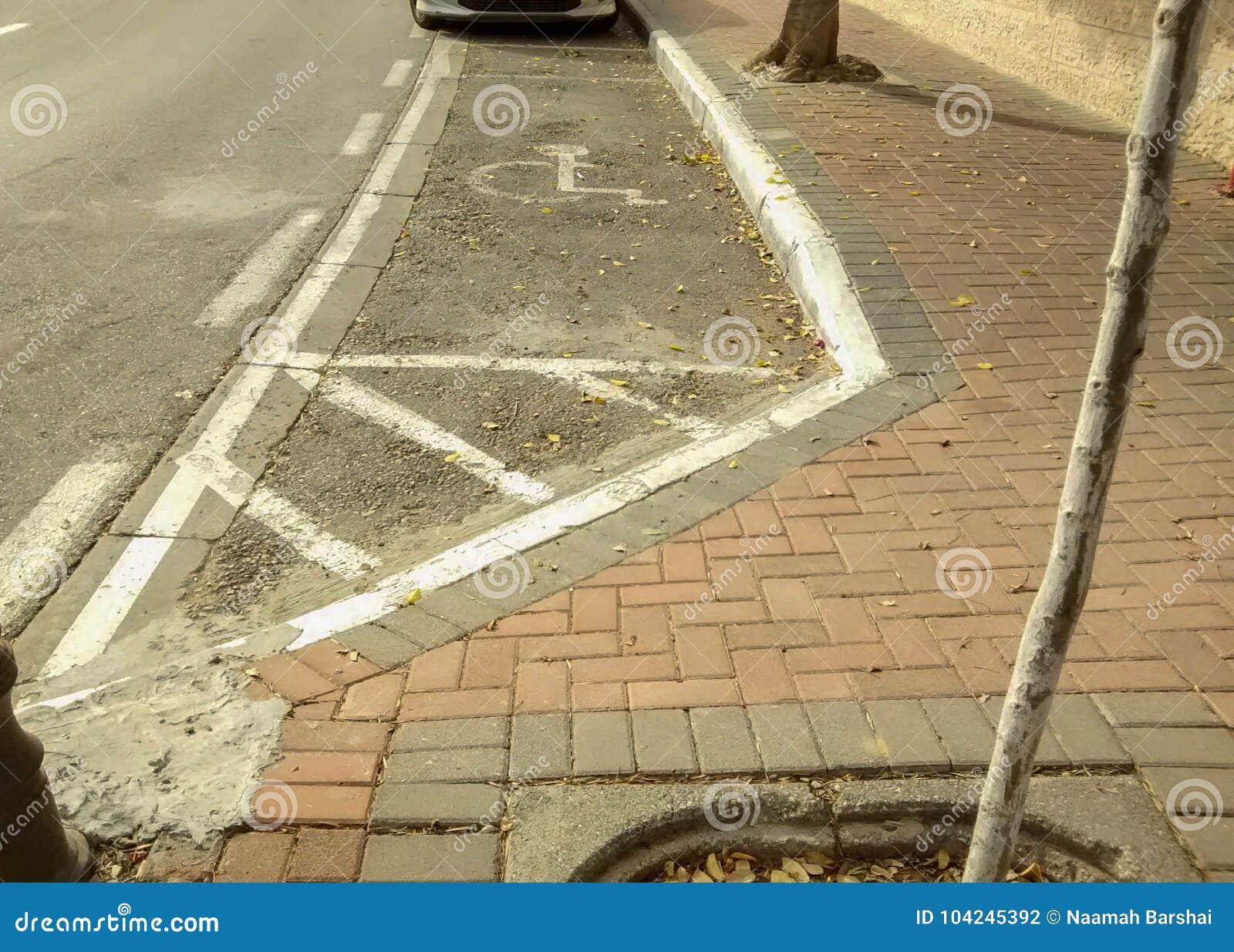 Miejsce parkingowe ratujący dla niepełnosprawnej osoby, zaznaczający z białą farbą