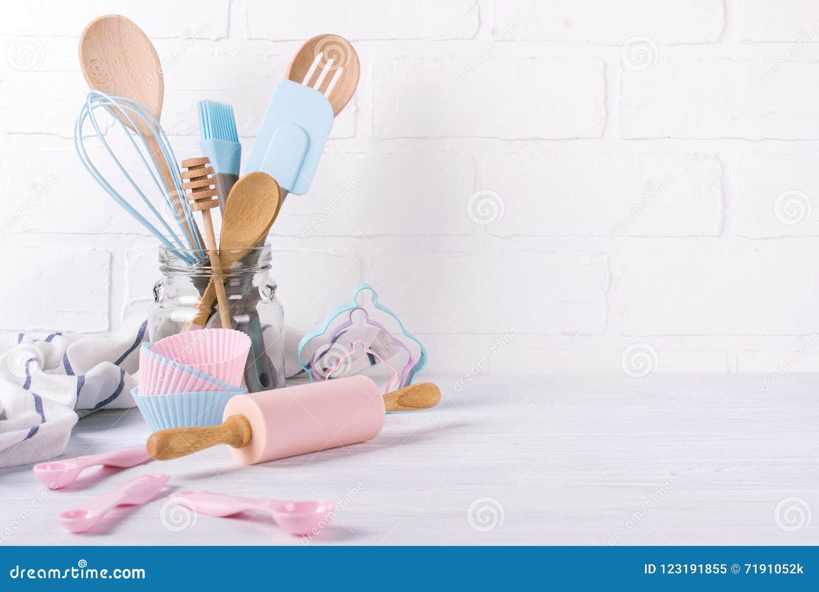 Miejsce pracy cukierniczka, karmowi składniki i akcesoria dla robić deserowi, tło dla teksta