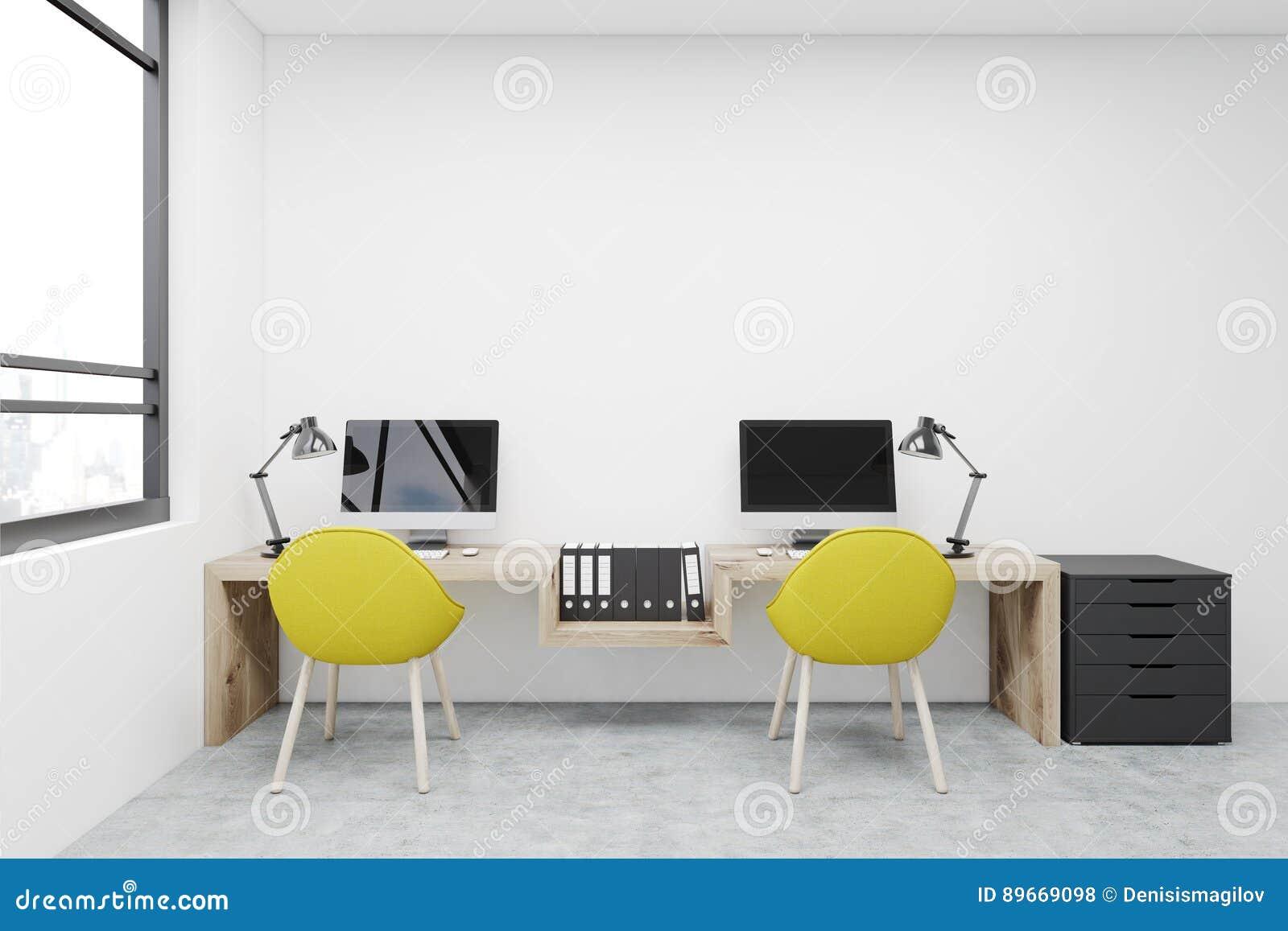 Miejsce pracy, dwa żółtego krzesła, komputery