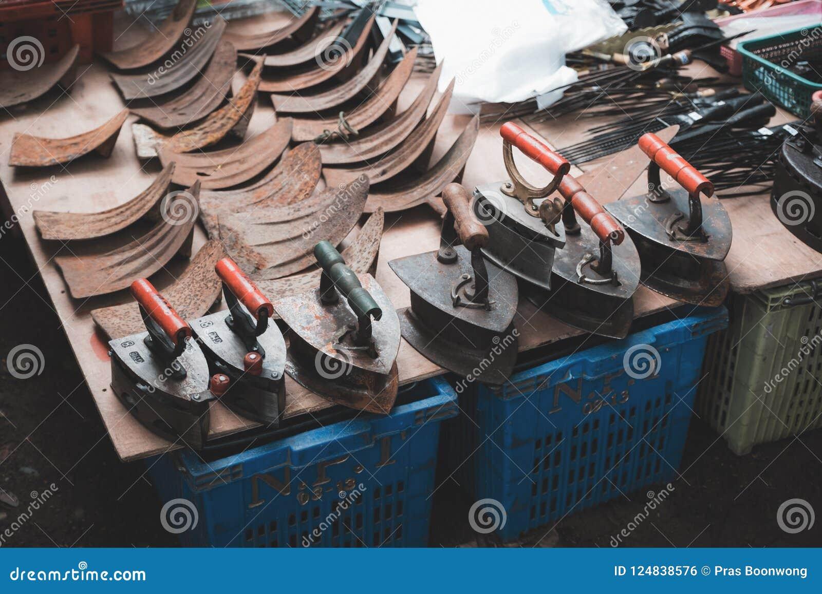 Miejscowego sklep w rynku sprzedaje stal węgla starych żelaza