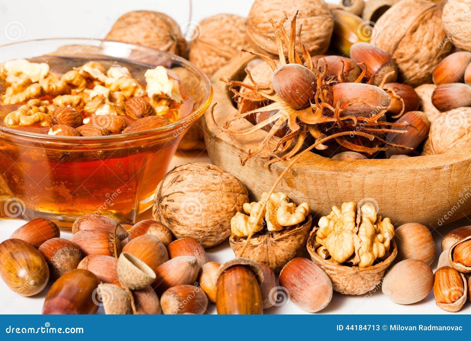 Miel avec des noisettes et des noix