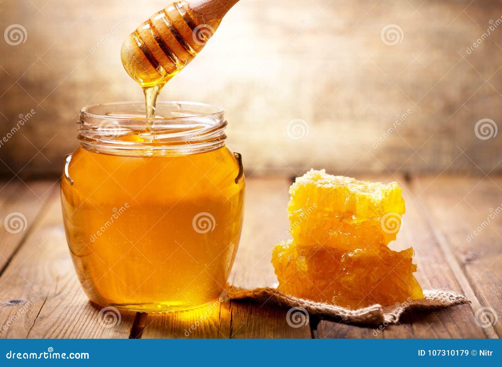 Miel de versement dans le pot de miel