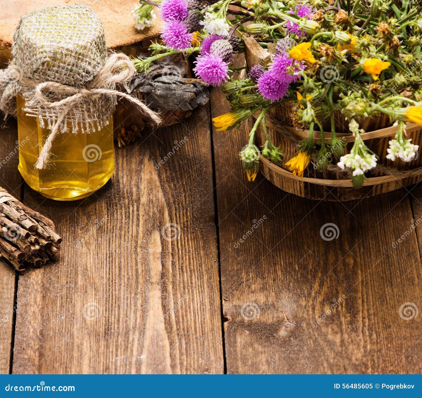 Miel frais et cru et fleurs sauvages