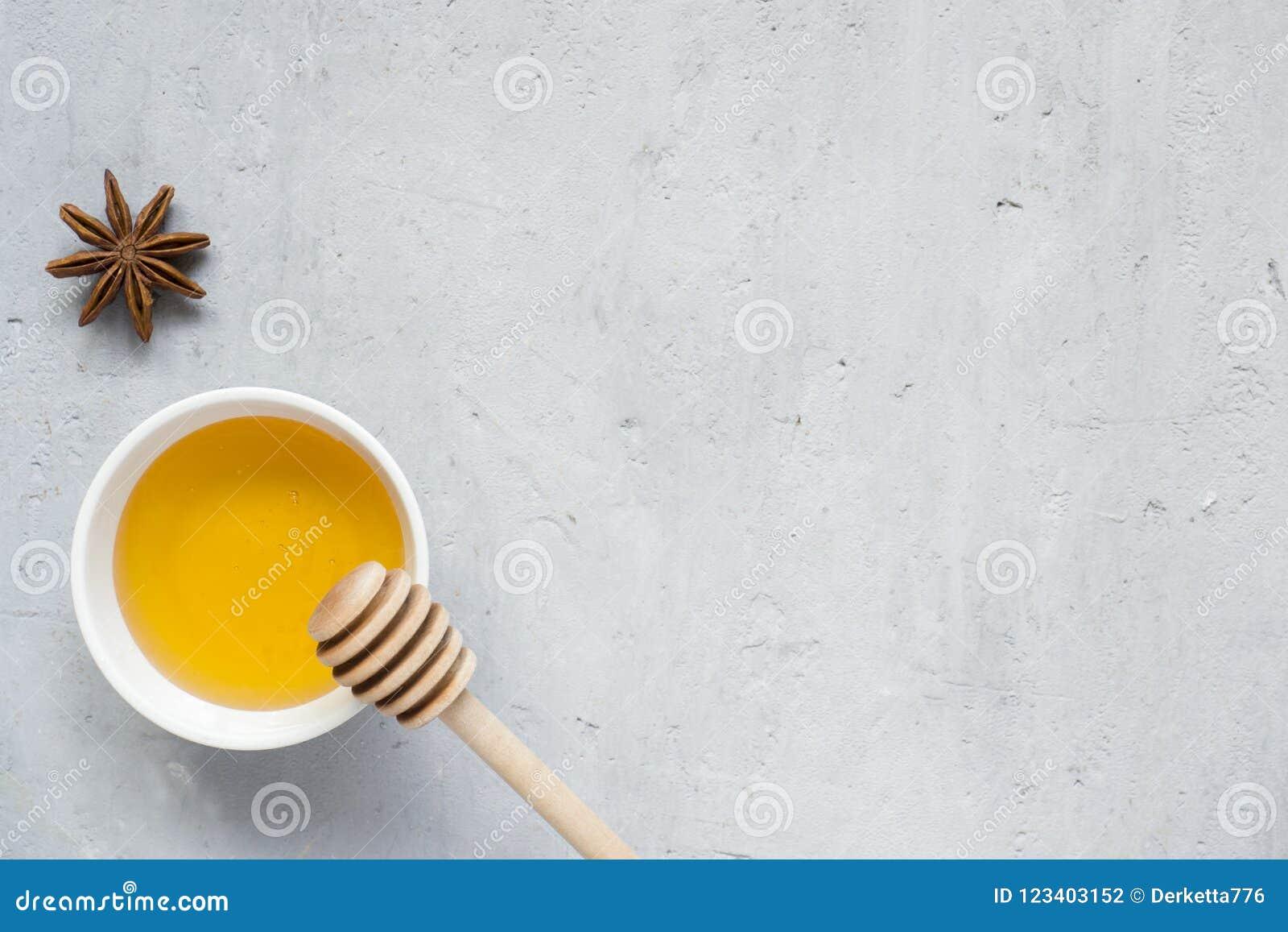 Miel liquide, et étoile d anis sur un fond clair Copiez l espace pour le texte