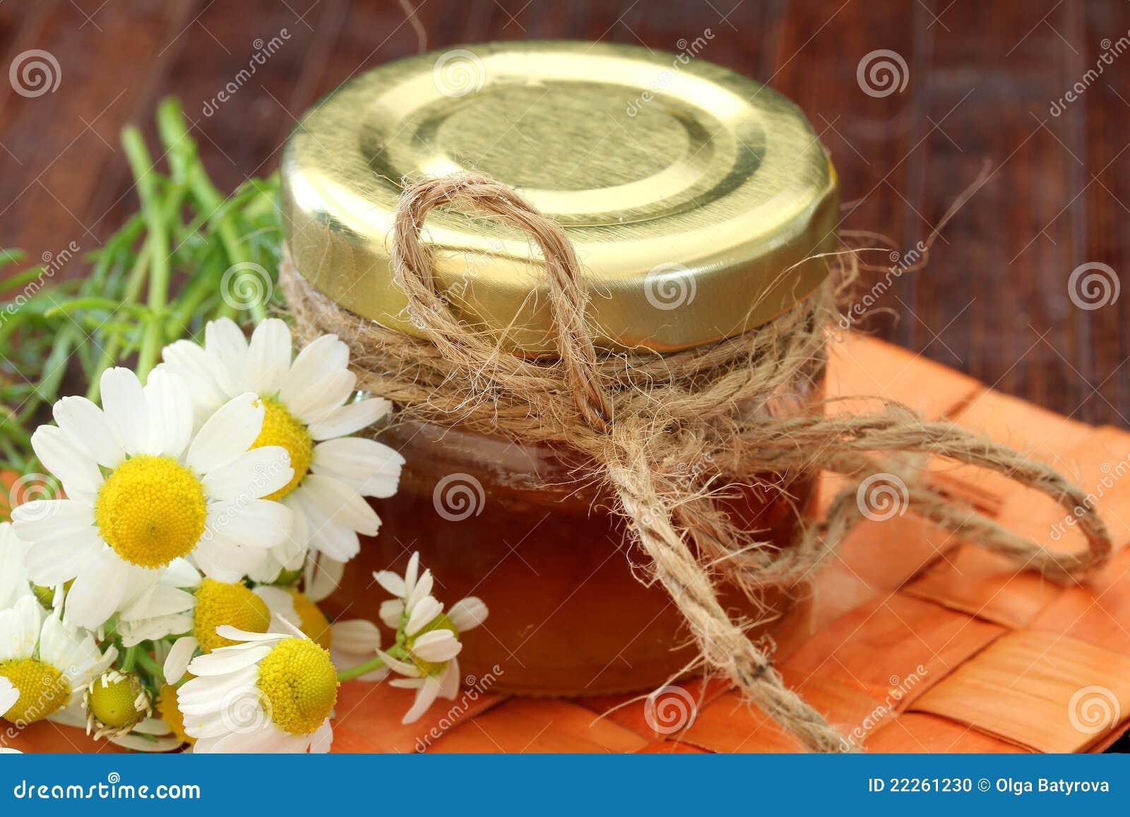 Miel sur une table en bois