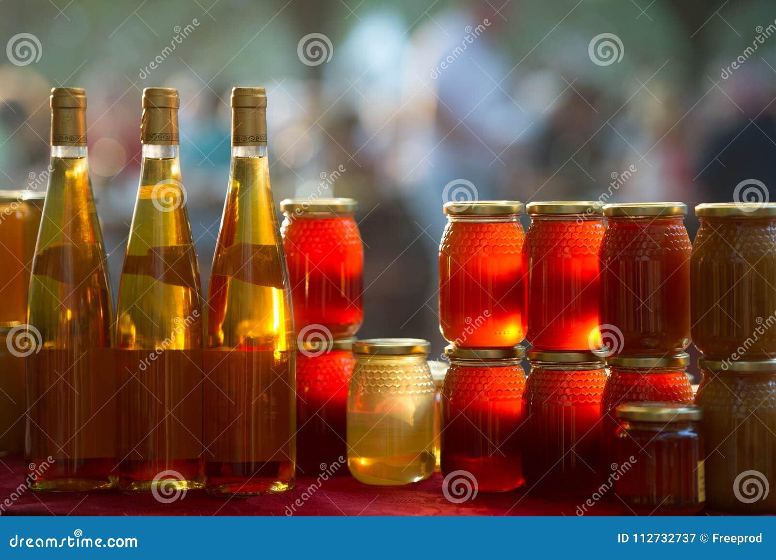 Miel y vino en una parada del mercado