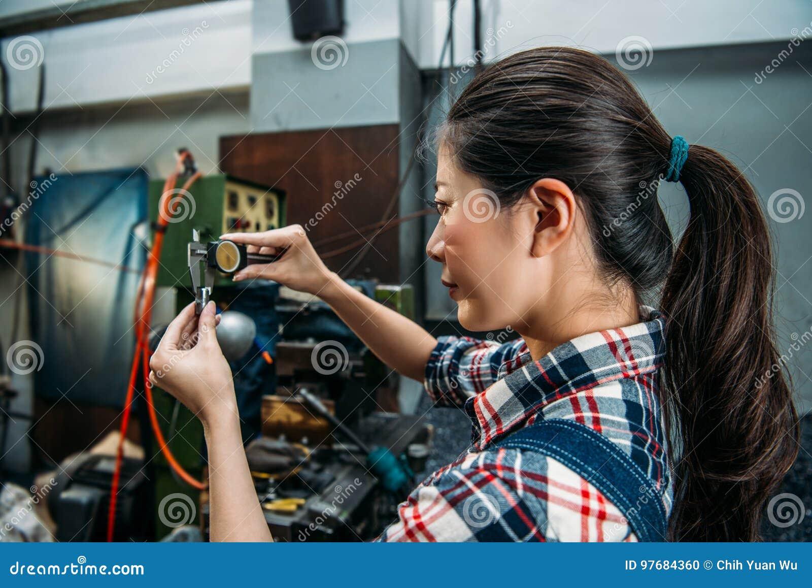 Mielenie maszyny pracownik weryfikuje rękodzielniczą stal