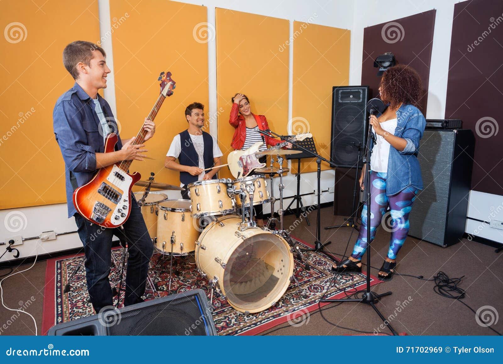 Miembros de la banda que practican en el estudio de grabación