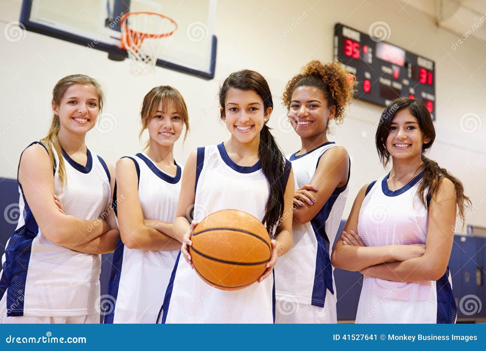 Equipo De Baloncesto De Las Mujeres Imagen De Archivo: Miembros Del Equipo De Baloncesto Femenino De La High