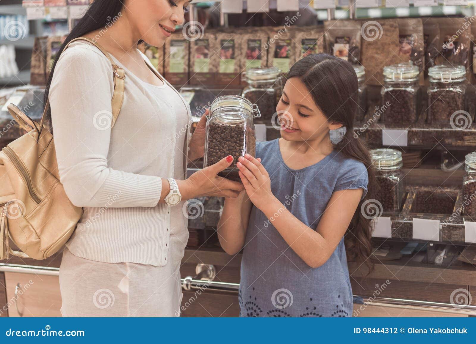 Miembros femeninos interesados de la familia que eligen el café