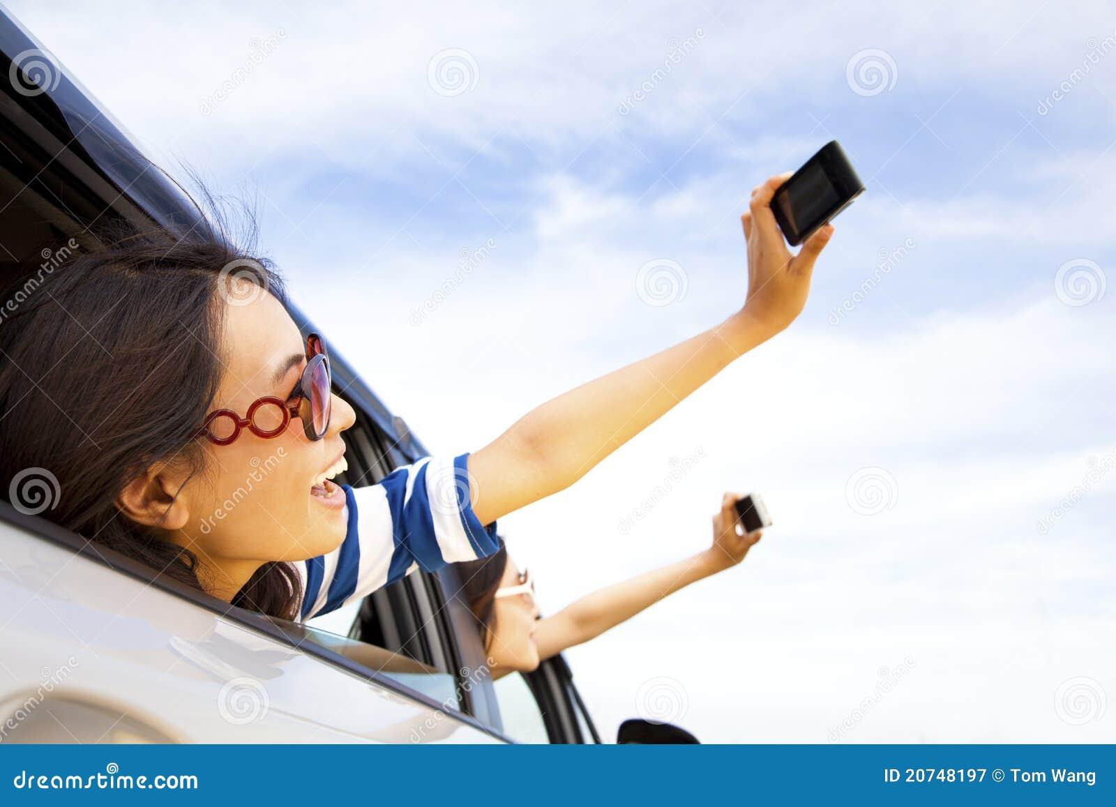 Mienia telefon komórkowy kobiety potomstwa