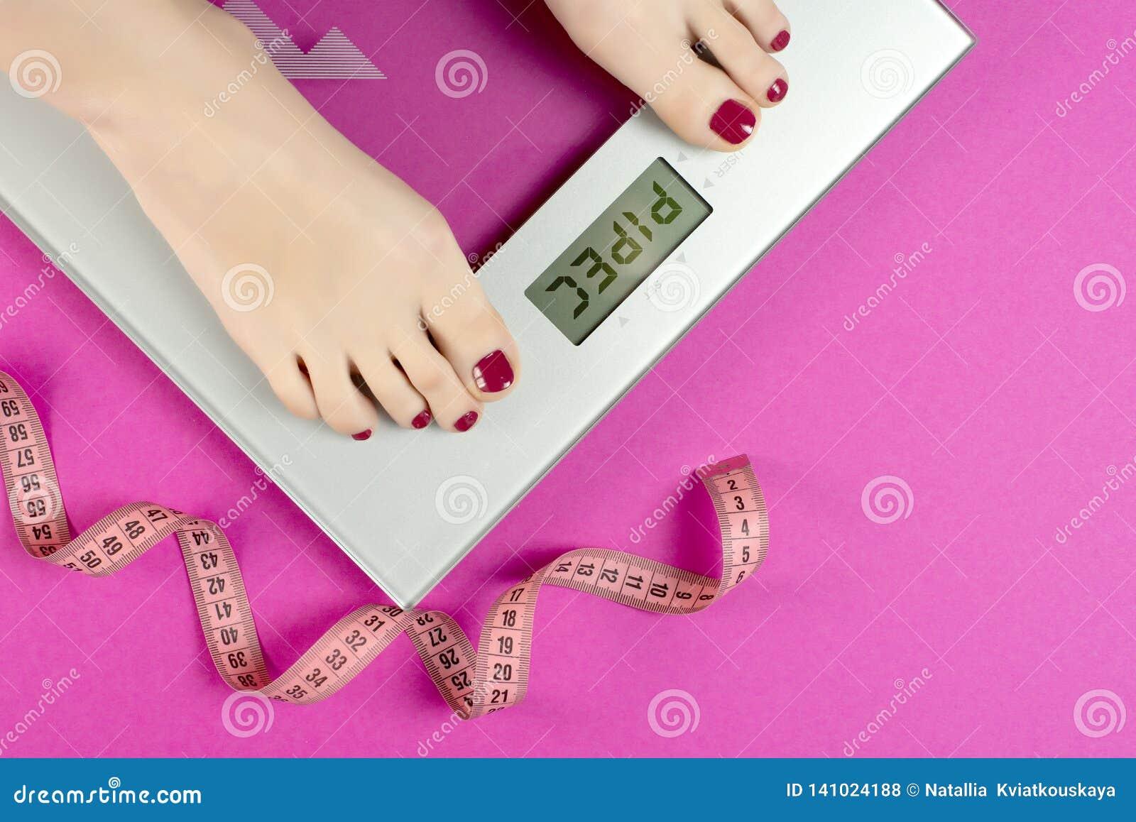 Mierzy taśmy i skal na różowym tle z słowa pipec Dieta treningu i planu kobiety przed lato sezonem