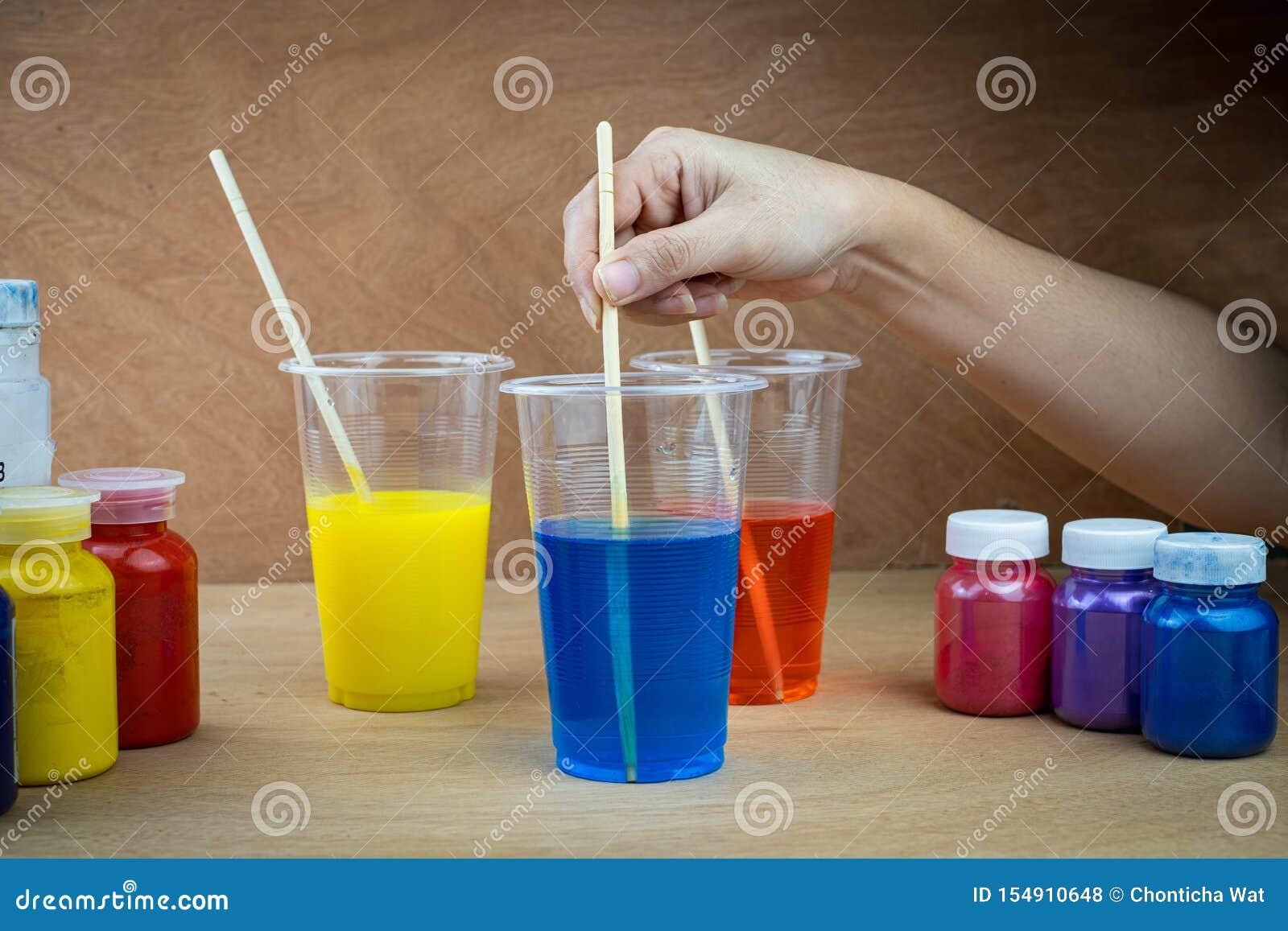 Mieszać koloru epoxy żywicę w plastikowej filiżance
