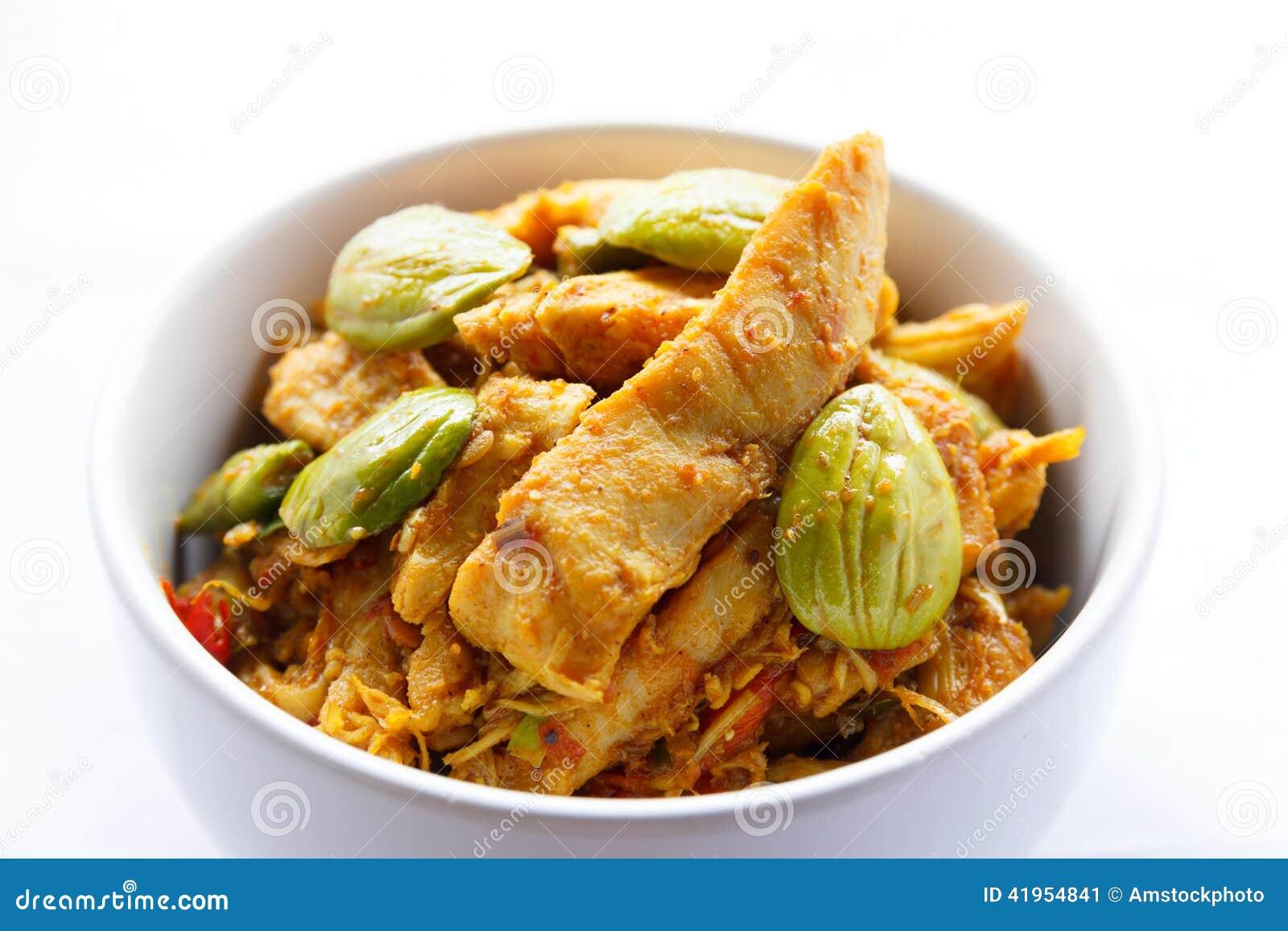 Miesza pieczonego kurczaka z smród fasolą w curry pascie