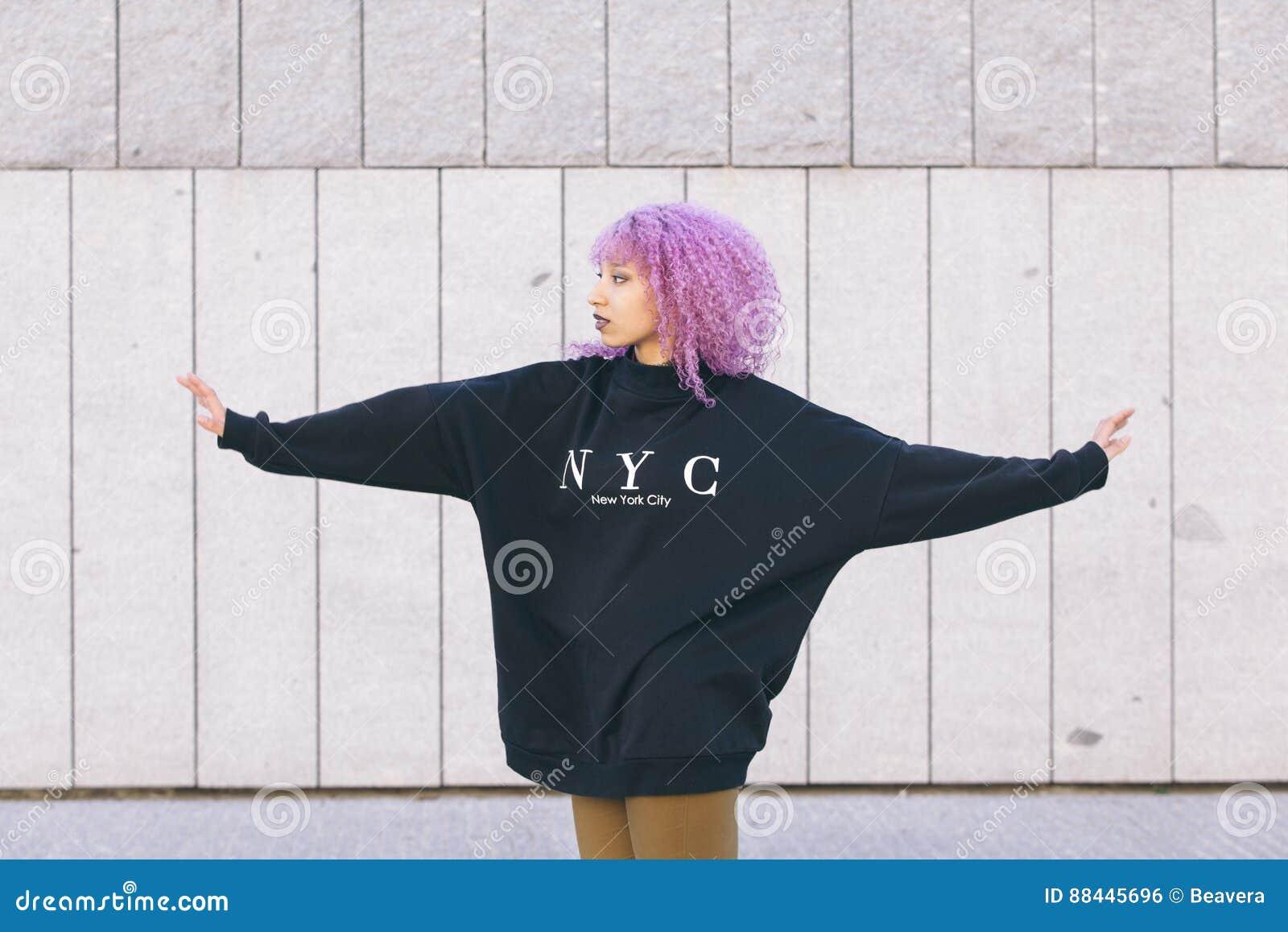 Mieszana biegowa murzynka z purpurowym afro włosy i Nowy Jork swea