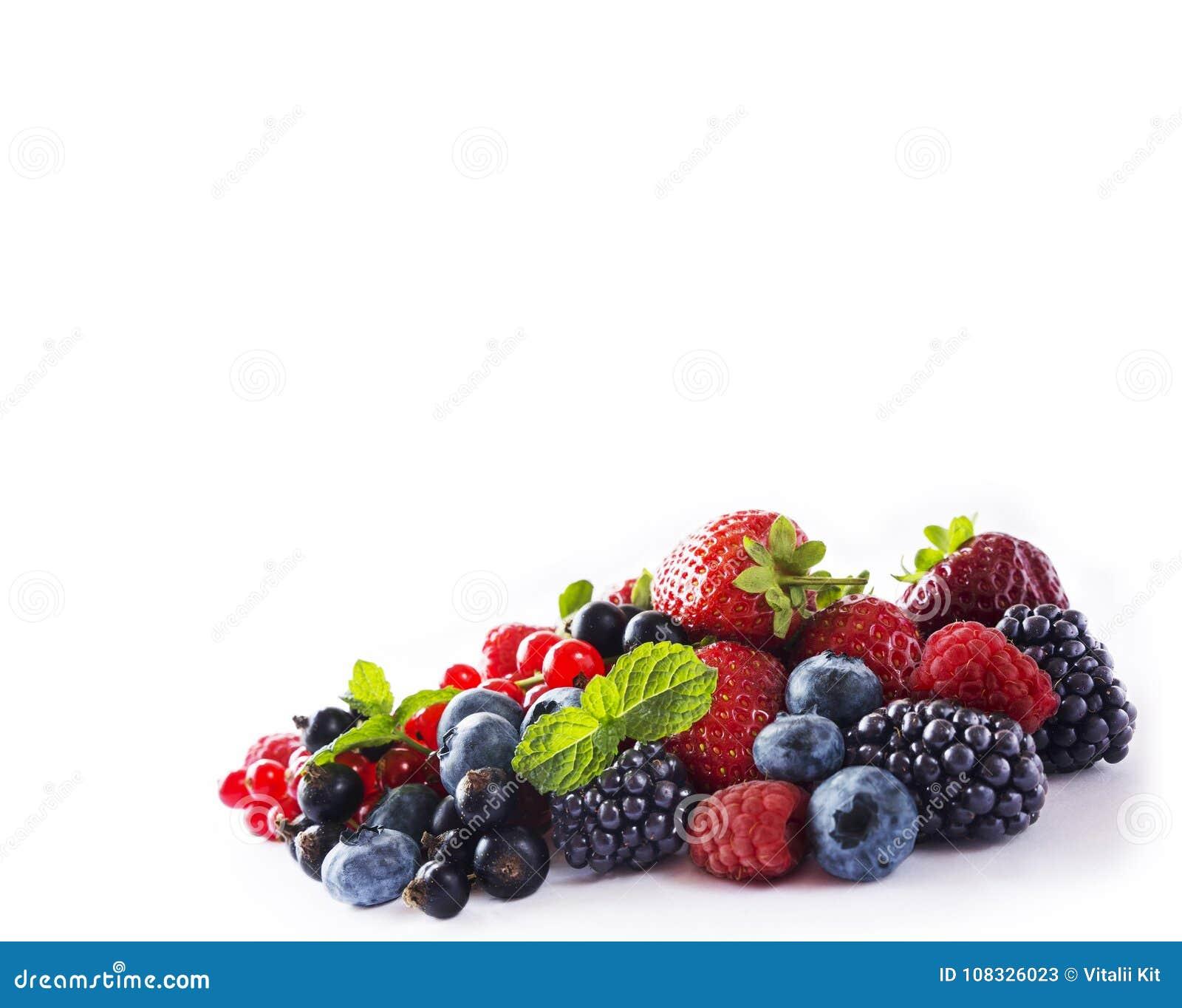 Mieszanek jagody odizolowywać na bielu Dojrzałe czarne jagody, czernicy, czerwoni rodzynki, czarny rodzynek, malinki i truskawki,