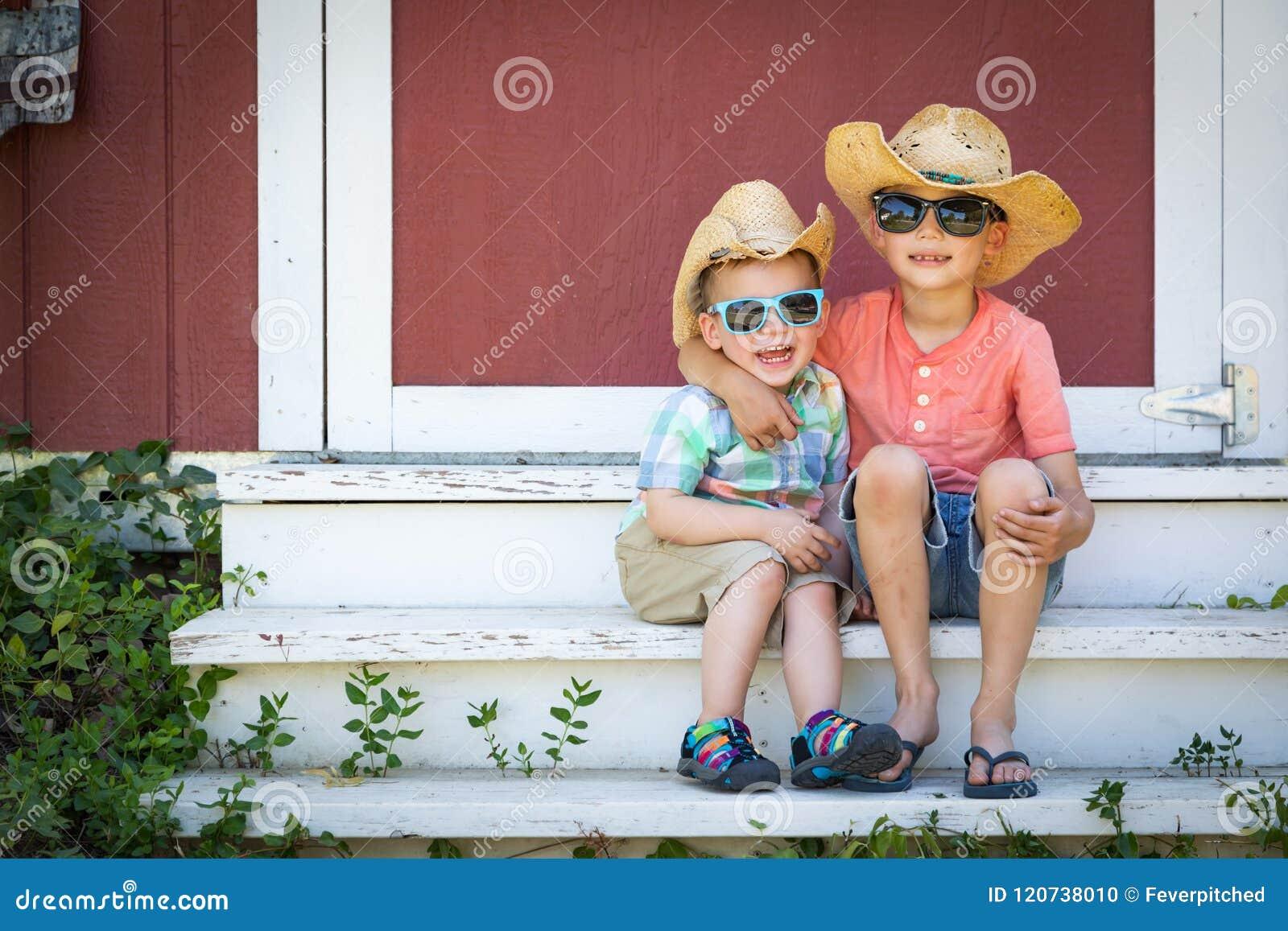 Mieszani Biegowi Chińscy Kaukascy Młodzi bracia Jest ubranym kowbojskich kapelusze