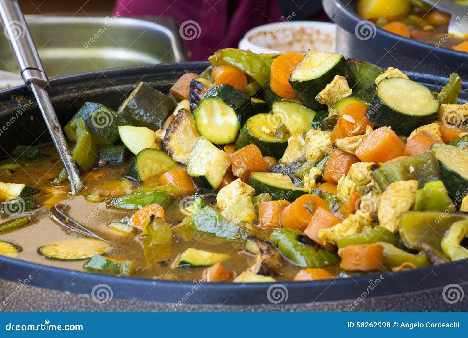 Mieszani warzywa gotujący w niecce Weganin dieta
