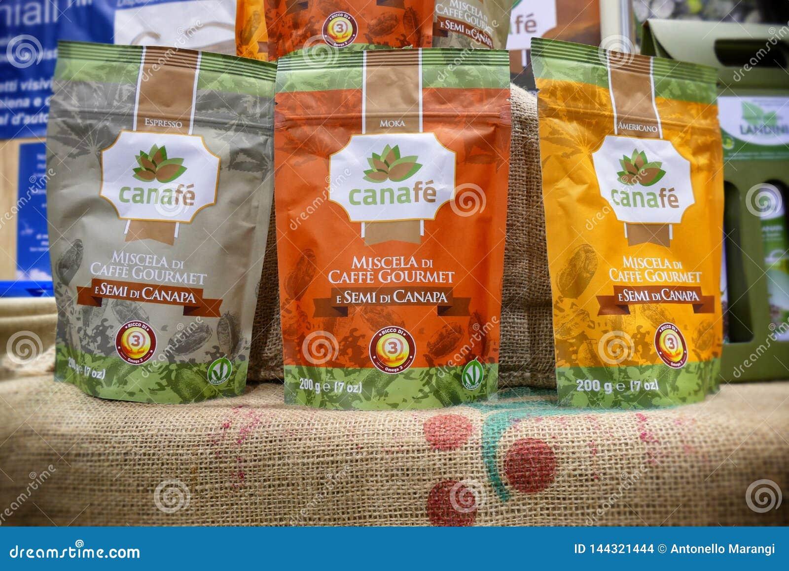 Mieszanka kawowi i konopiani ziarna w weganinów produktów jarmarku dokąd rolnicy i firmy pokazują ich produkty konsumenci