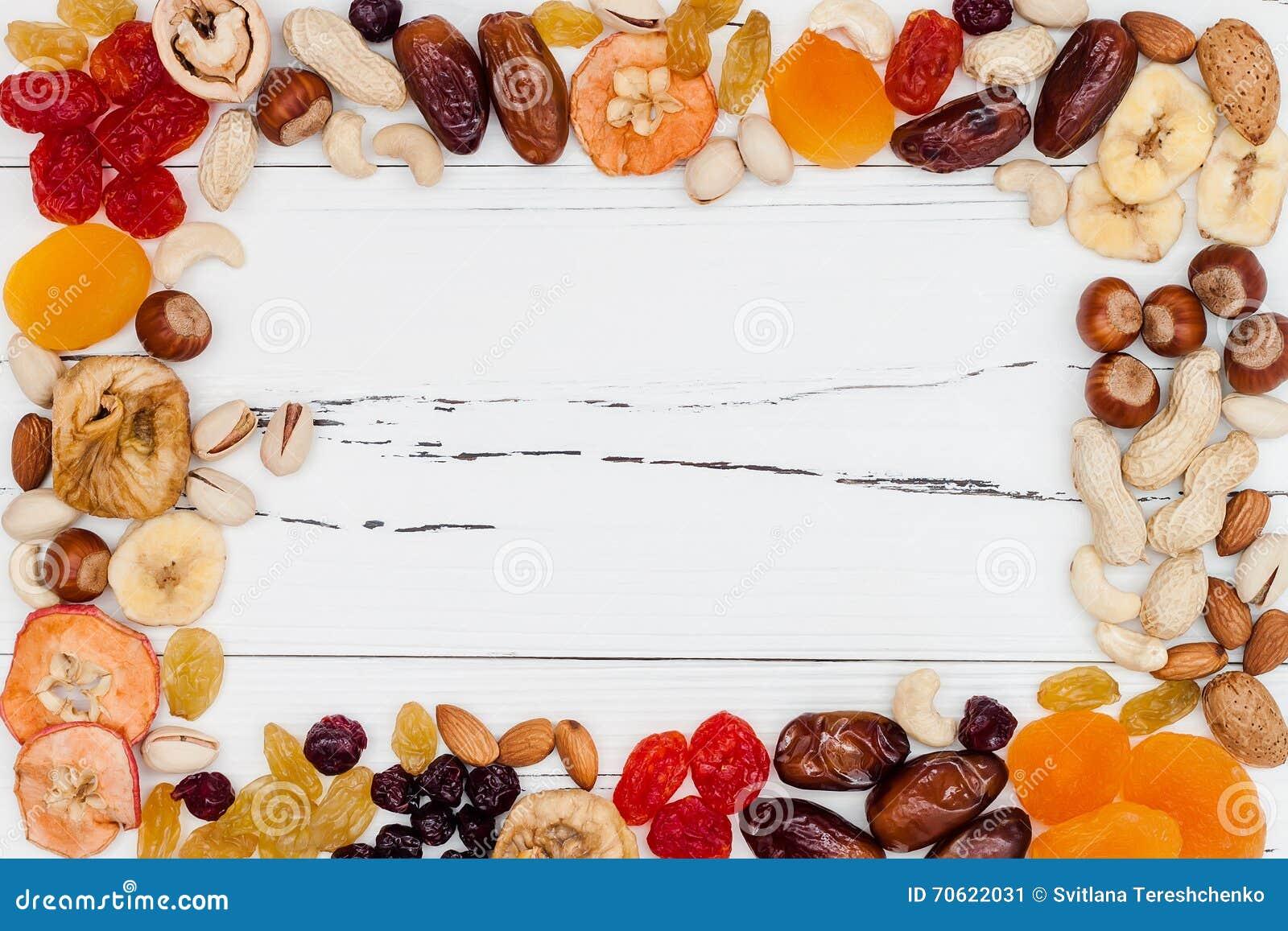 Mieszanka wysuszone owoc i dokrętki na białego rocznika drewnianym tle z kopii przestrzenią Odgórny widok Symbole judaic wakacje
