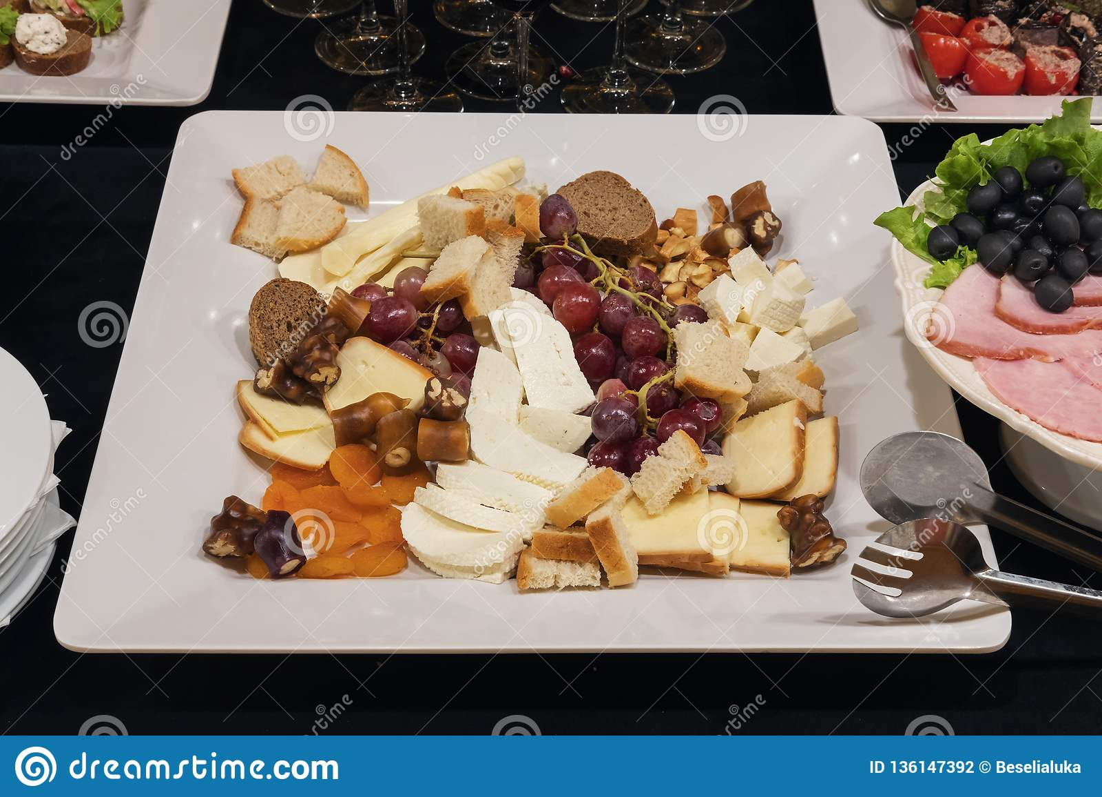 Mieszany ser pokrajać bielu talerza