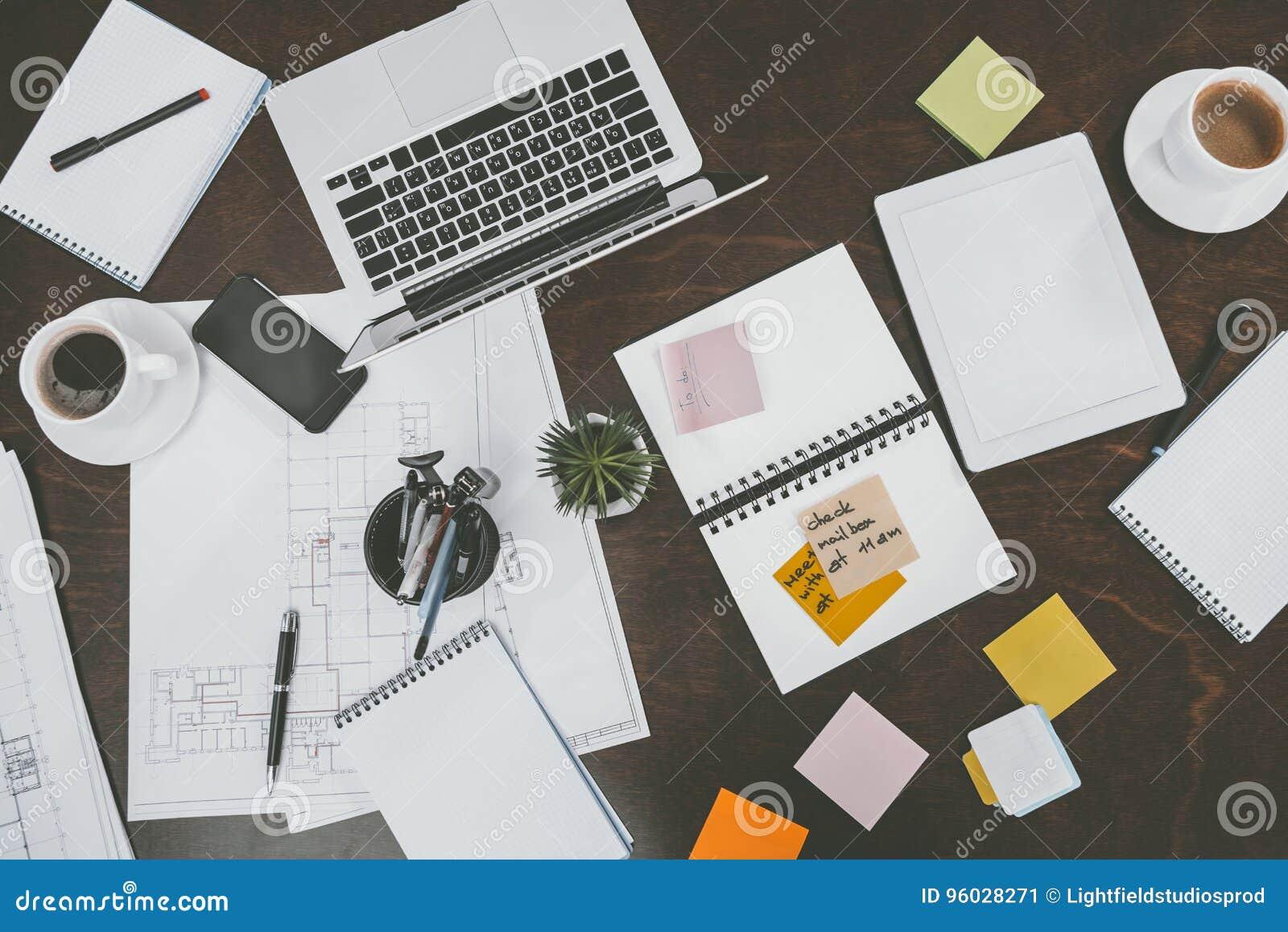 Mieszkanie kłaść z cyfrowymi przyrządami, notepads, kleistymi notatkami i biurowymi dostawami,