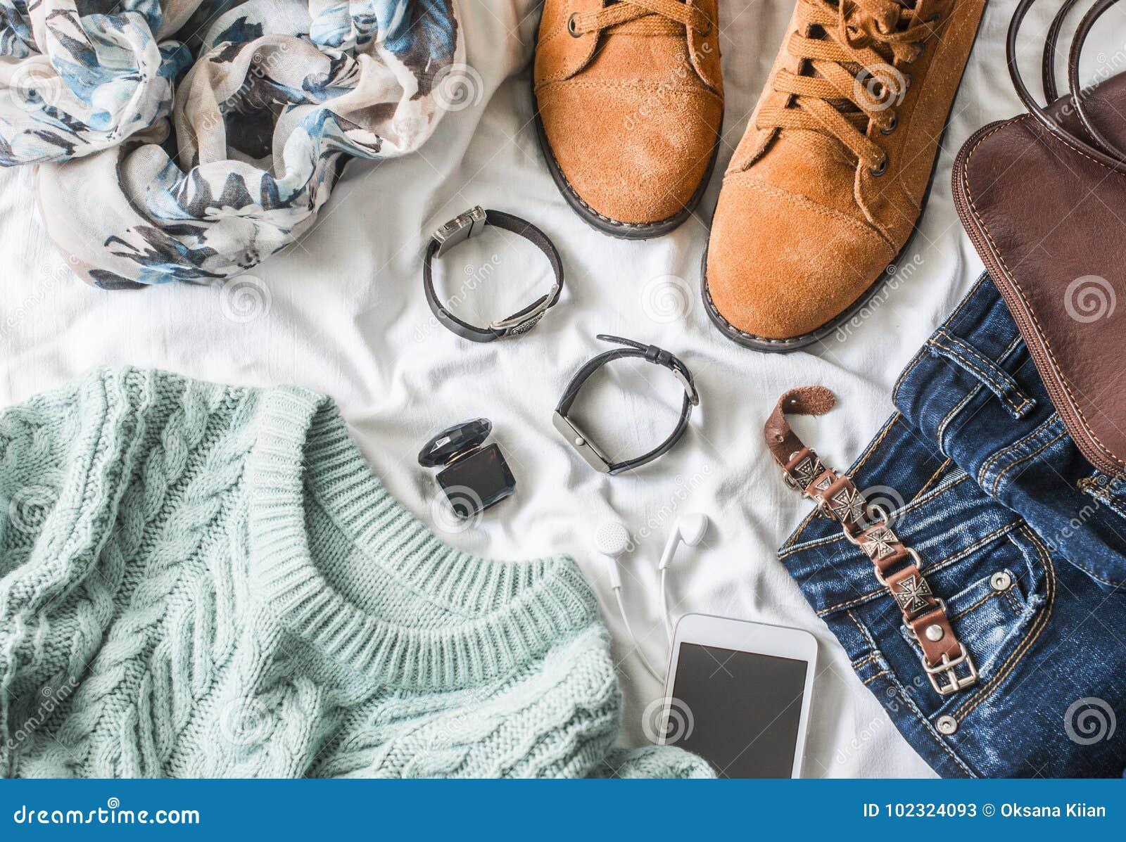 Mieszkanie kobiet ` s nieatutowa odzież dla jesieni chodzi, odgórny widok Brown zamszowy inicjuje, cajgi, błękitny pulower, szali