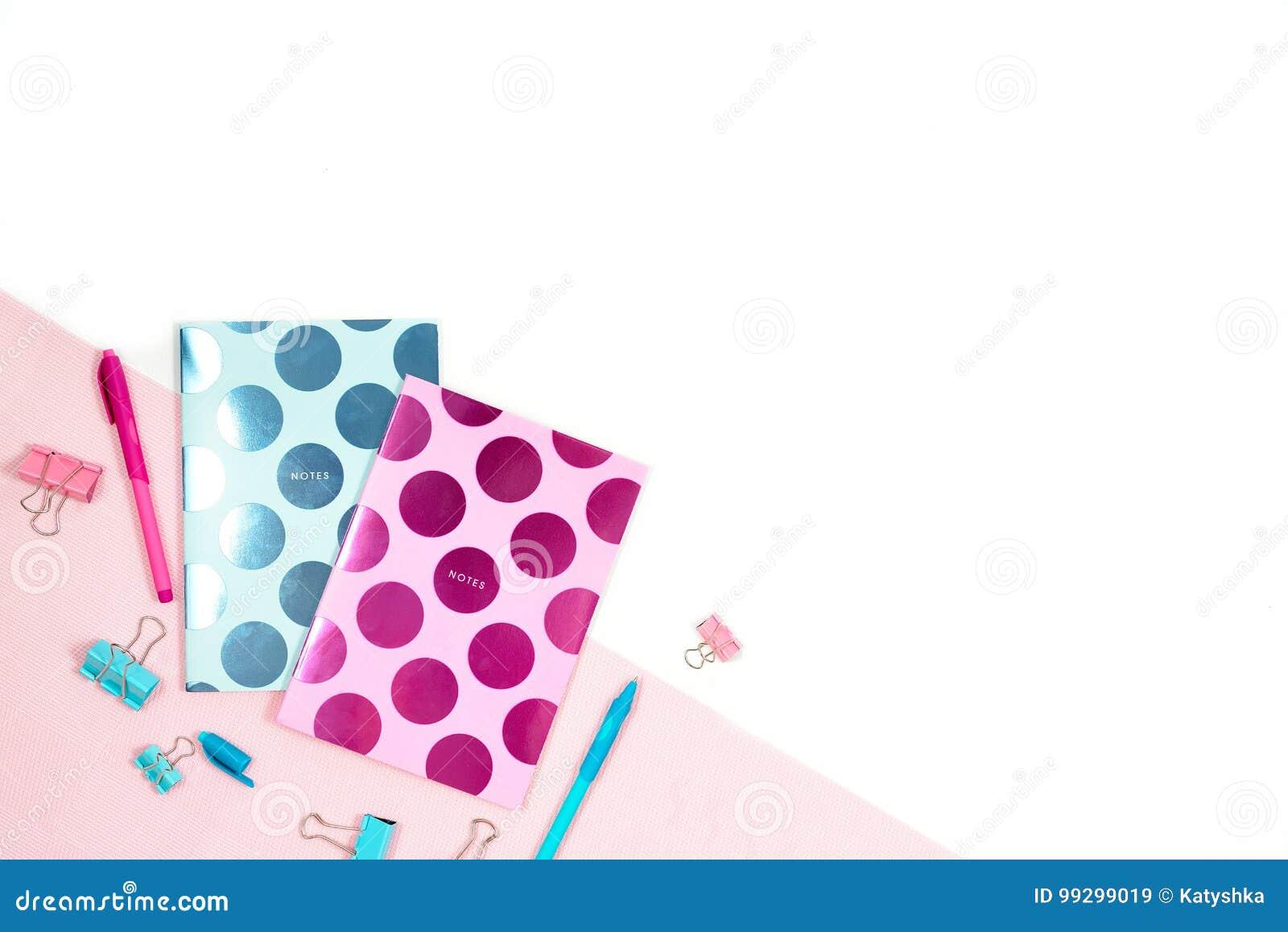 Mieszkanie nieatutowa fotografia biurowy biały biurko z pastylką i elegancka różowa błękitna notatnik kopia interliniujemy tło