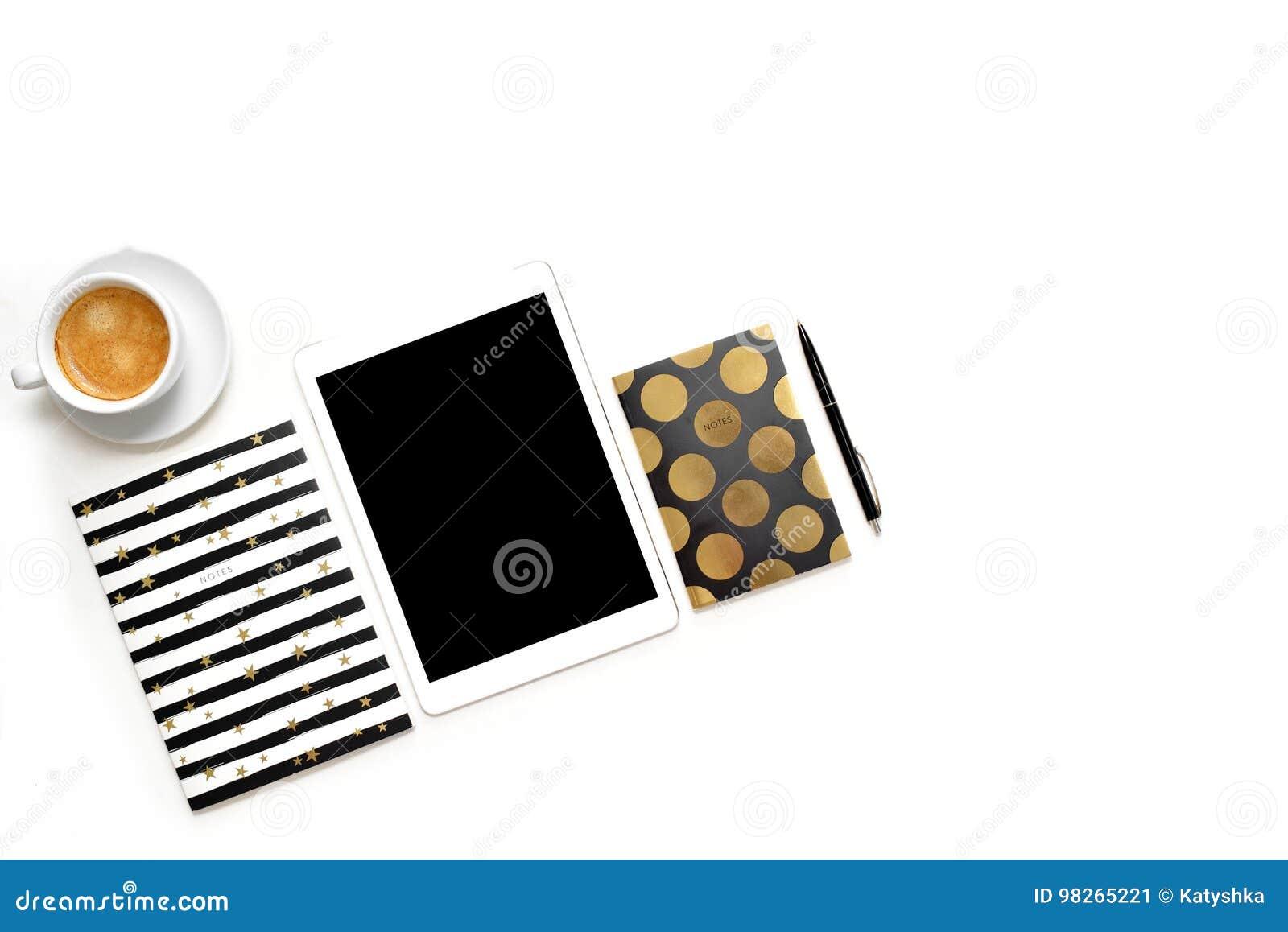 Mieszkanie nieatutowa fotografia minimalistic biały biurowy biurko z pastylką, filiżanki kawa i elegancka złocista notatnik kopia