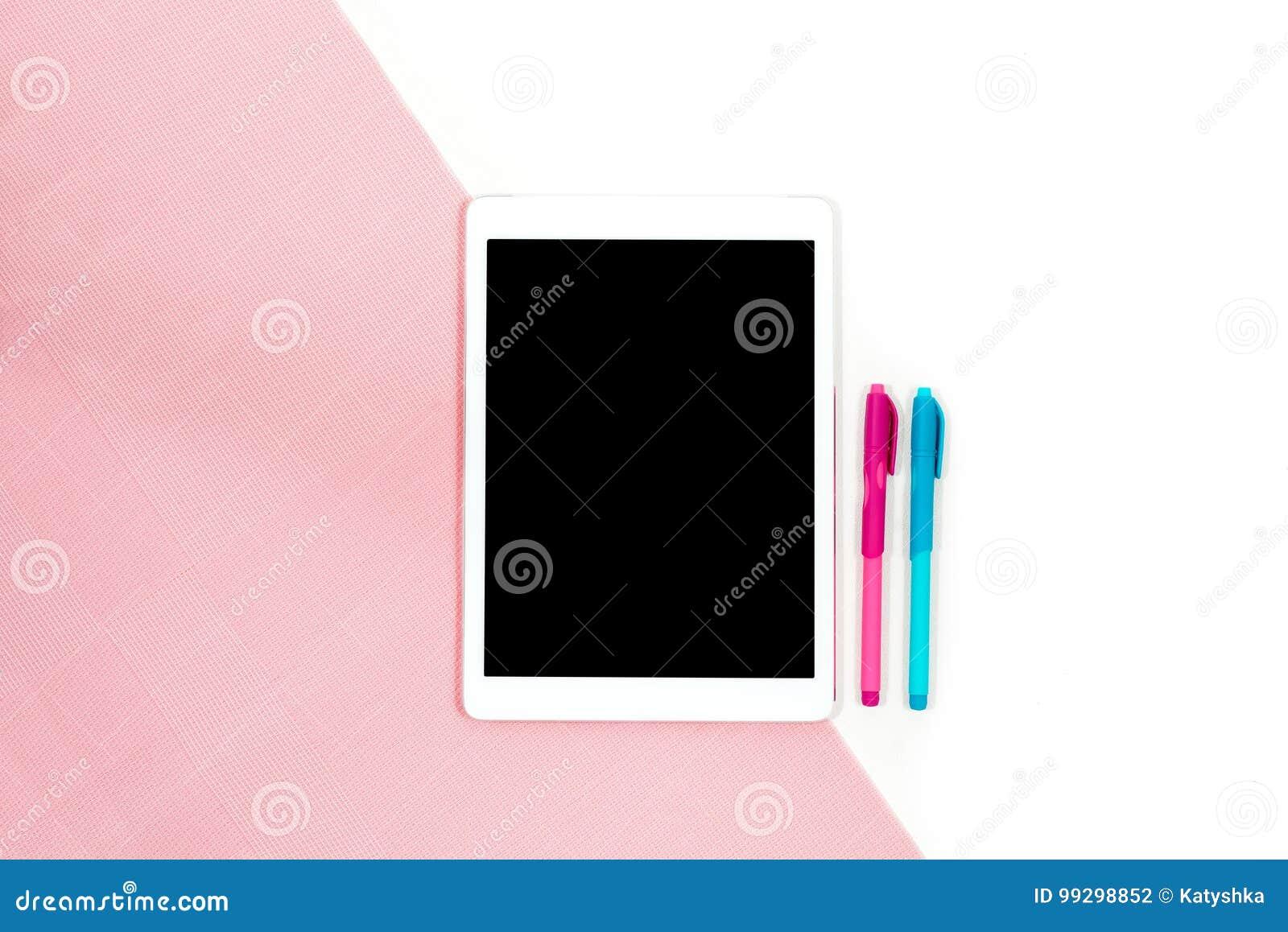 Mieszkanie nieatutowa fotografia minimalistic biurowy biały biurko z pastylką i różowa błękitna pióro kopia interliniujemy tło