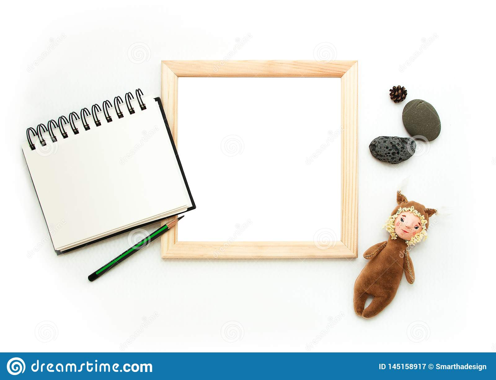 Mieszkanie nieatutowy egzamin próbny w górę, odgórny widok, drewniana rama, zabawkarska wiewiórka, ołówek, nutowy ochrania