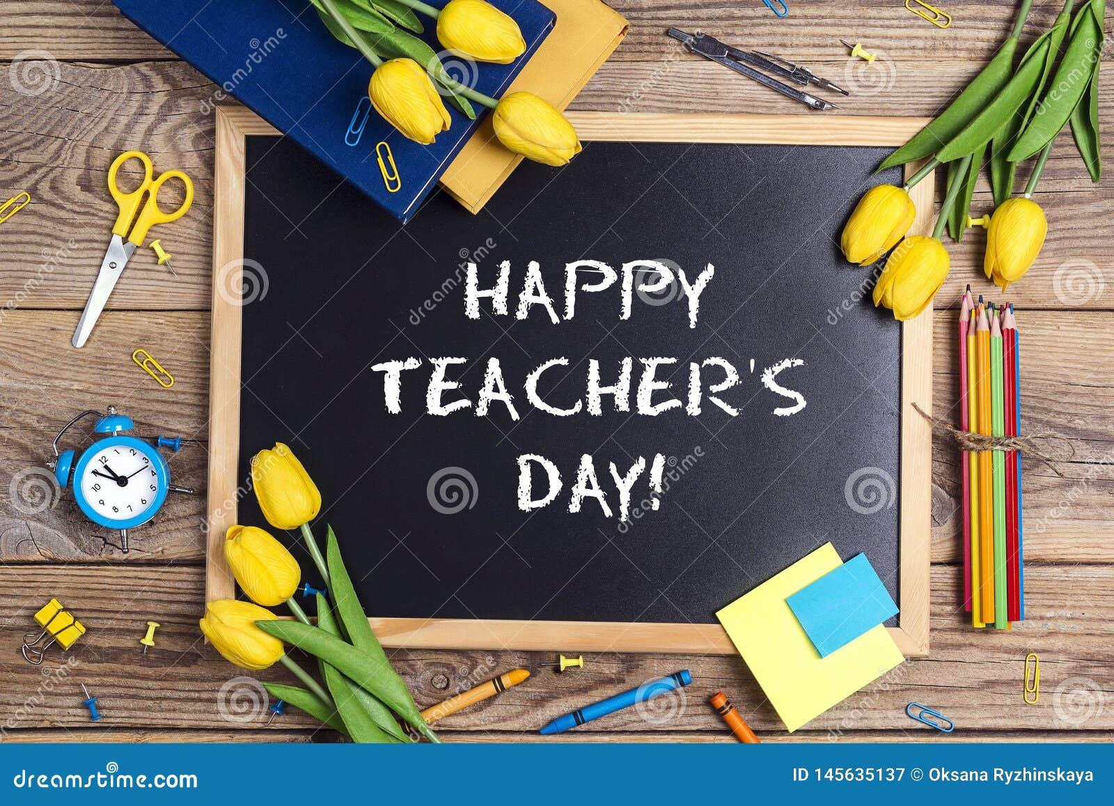 Mieszkanie nieatutowy sk?ad dla nauczyciela dnia na chalkboard z szkolnymi dostawami i tulipanem kwitnie na nieociosanym drewnian
