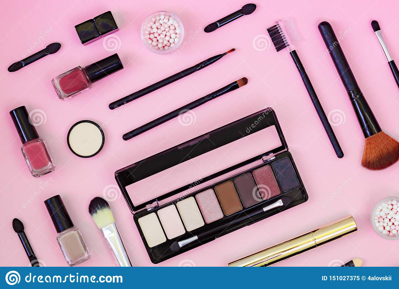 Mieszkanie nieatutowy skład z makeup produktami na koloru tle i