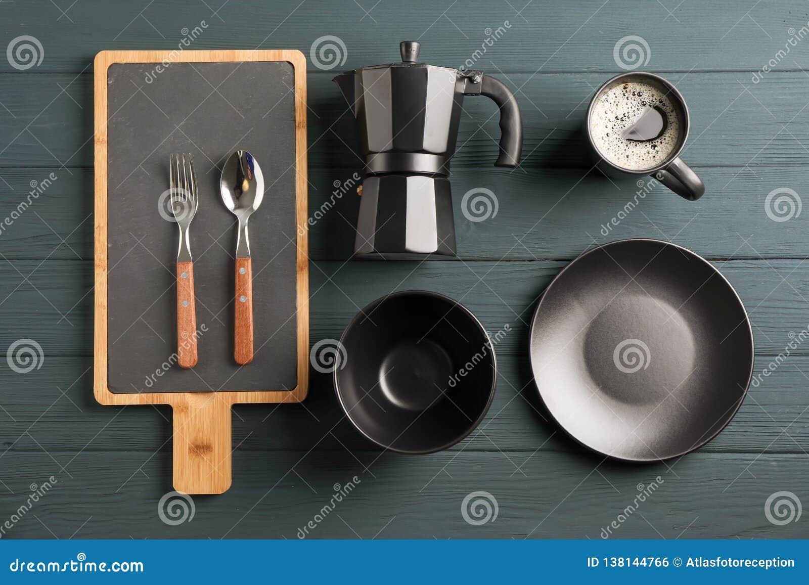 Mieszkanie nieatutowy skład z naczyniami i filiżanka kawy