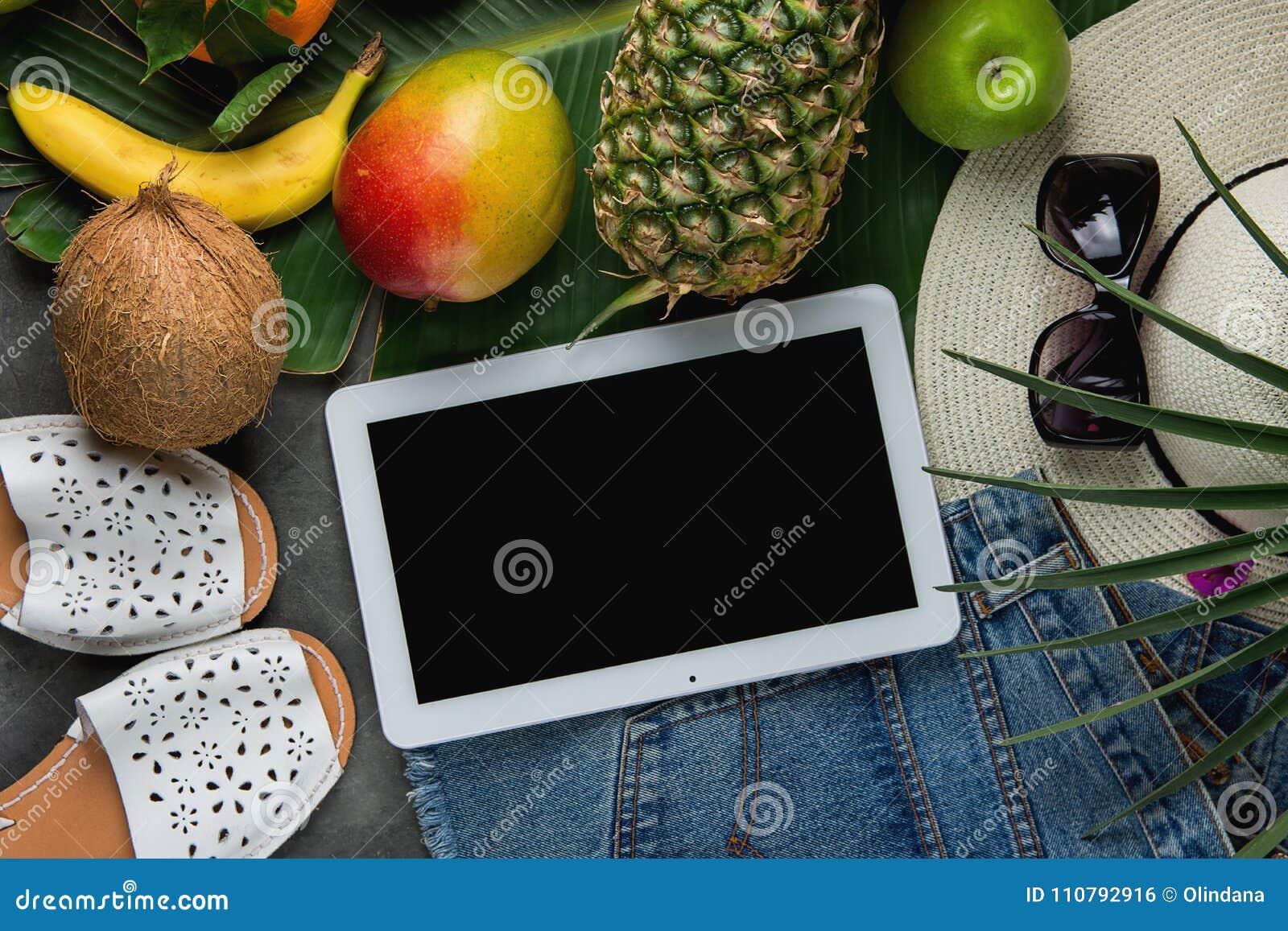 Mieszkanie Nieatutowy skład z Tropikalnych owoc Ananasowymi Mangowymi bananami Kokosowymi na Wielkim Palmowym liściu Kobieta cajg