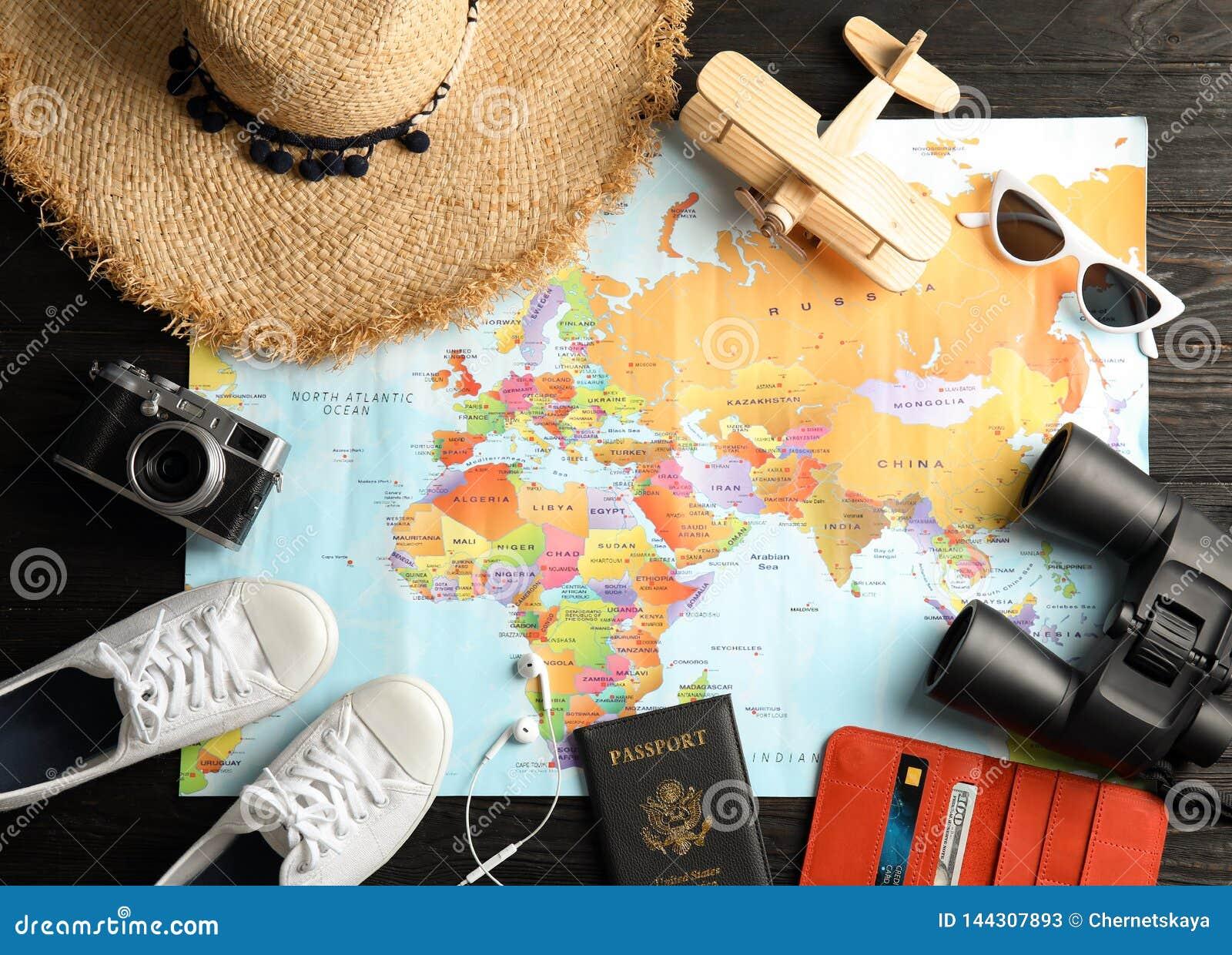 Mieszkanie nieatutowy skład z turystycznymi rzeczami i światową mapą Agencja podróży