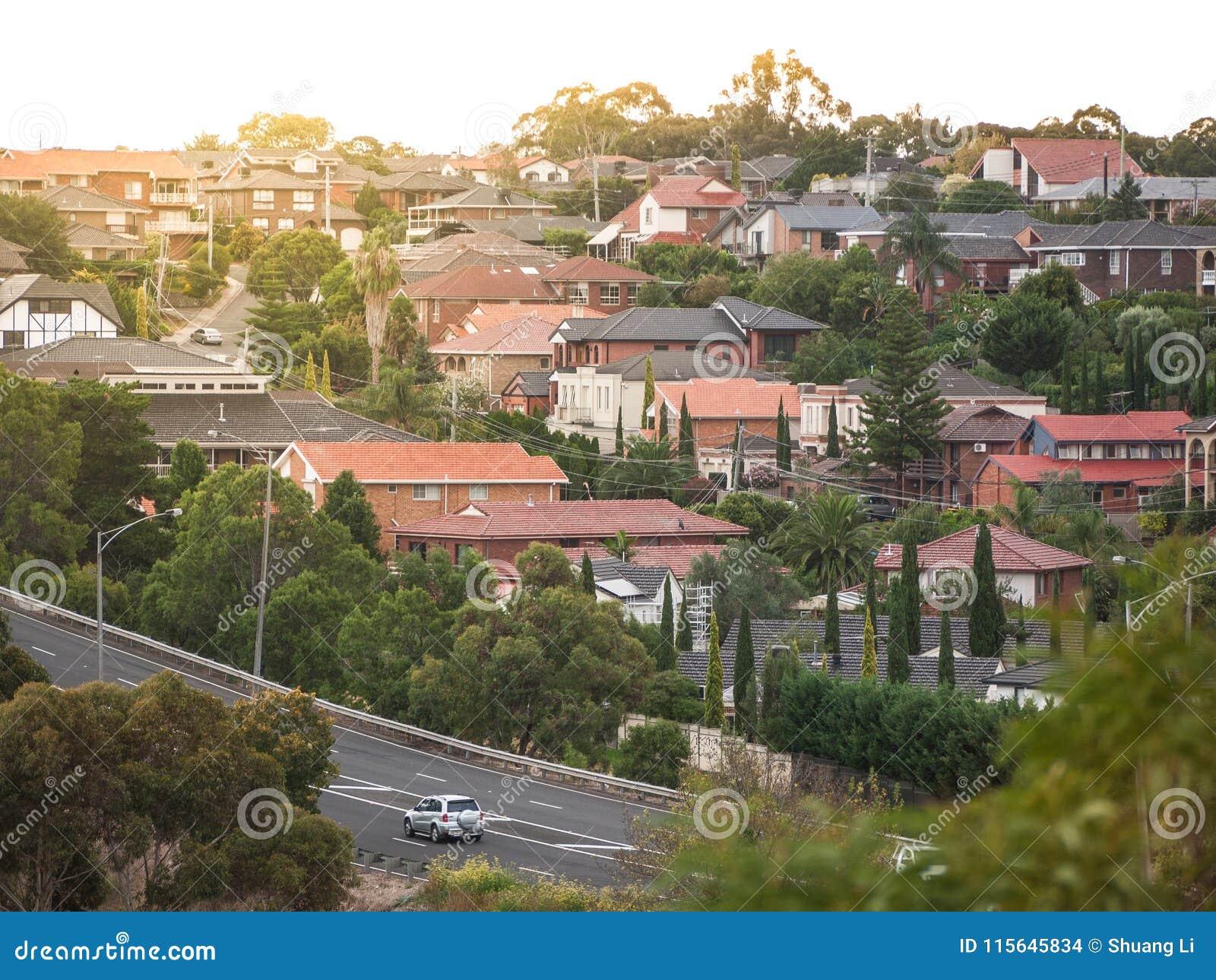 Mieszkaniowi domy w Melbourne ` s przedmieściu Moonee dolina, VIC Australia