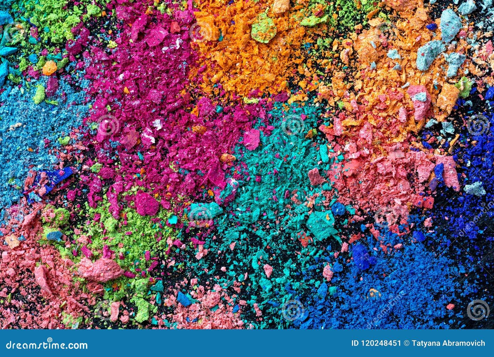 Miettes de craie multicolore sur un fond noir Joie, carnaval Panorama Un jeu pour des enfants Art