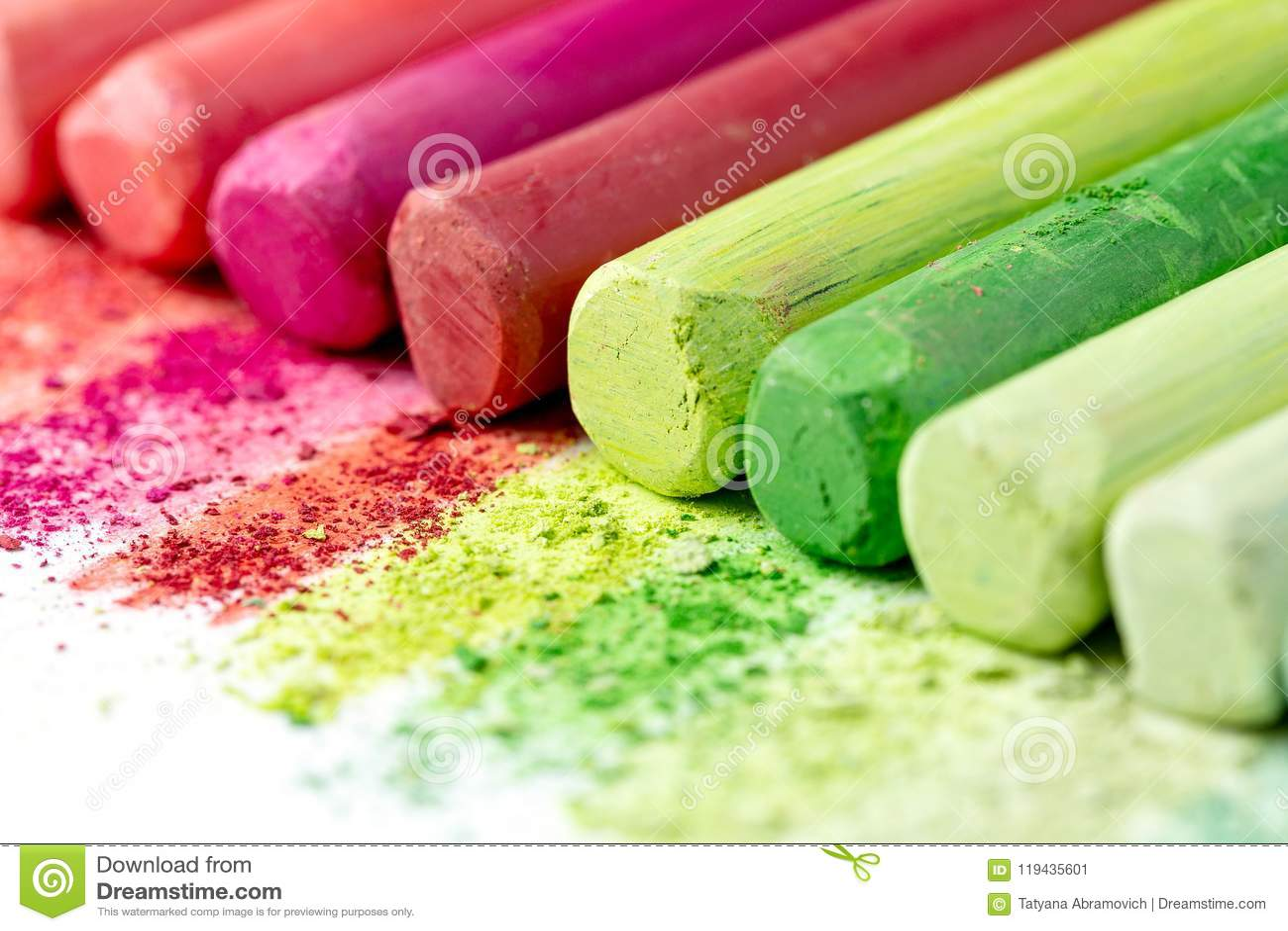 Miettes et gros morceaux de craie multicolore, pastels sur le livre blanc pour l aquarelle Crimso jaune, rose, rouge, vert, gris,