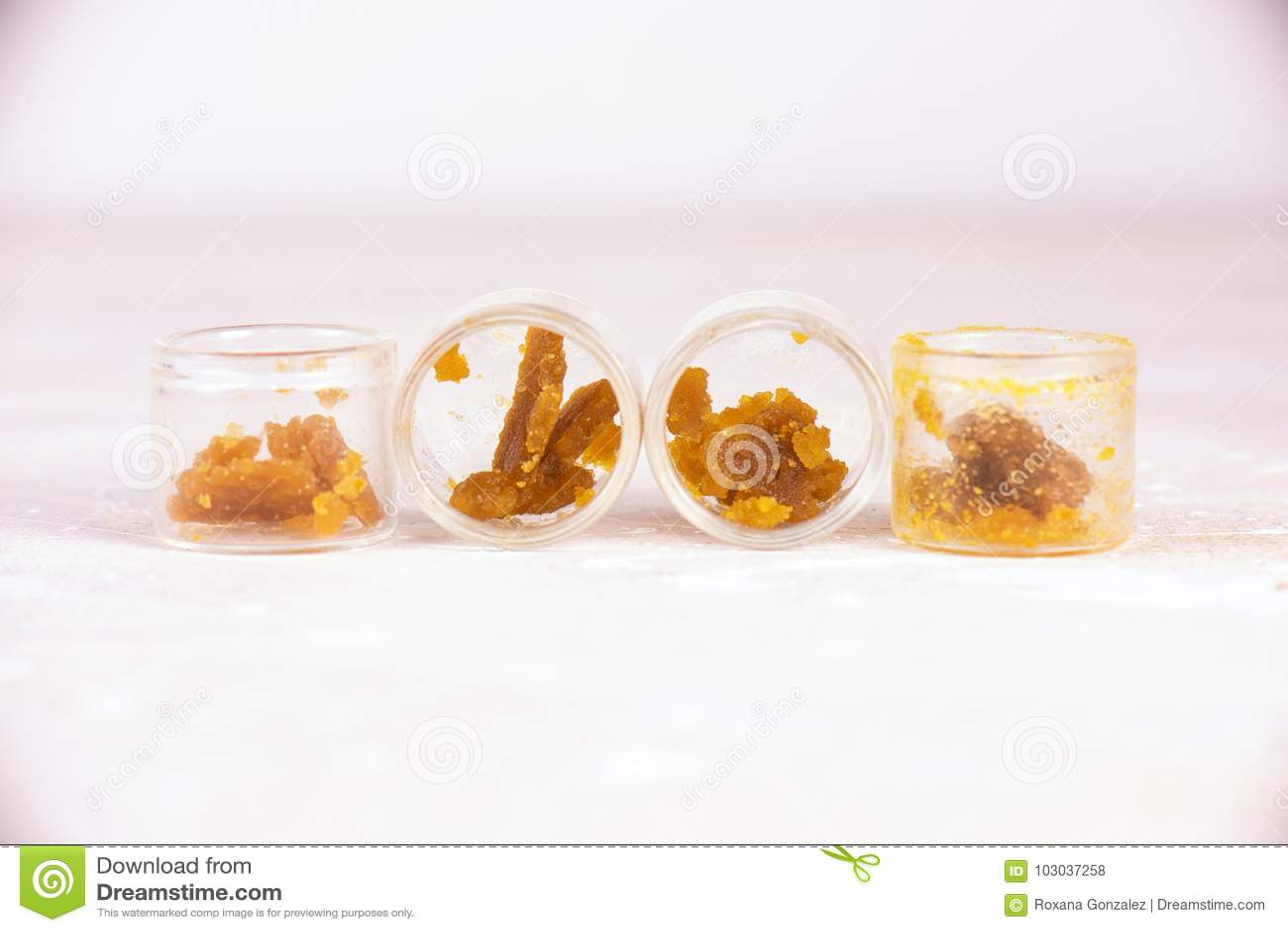 Migaja clasificada de la cera del concentrado de la extracción de la marijuana aka en el tarro