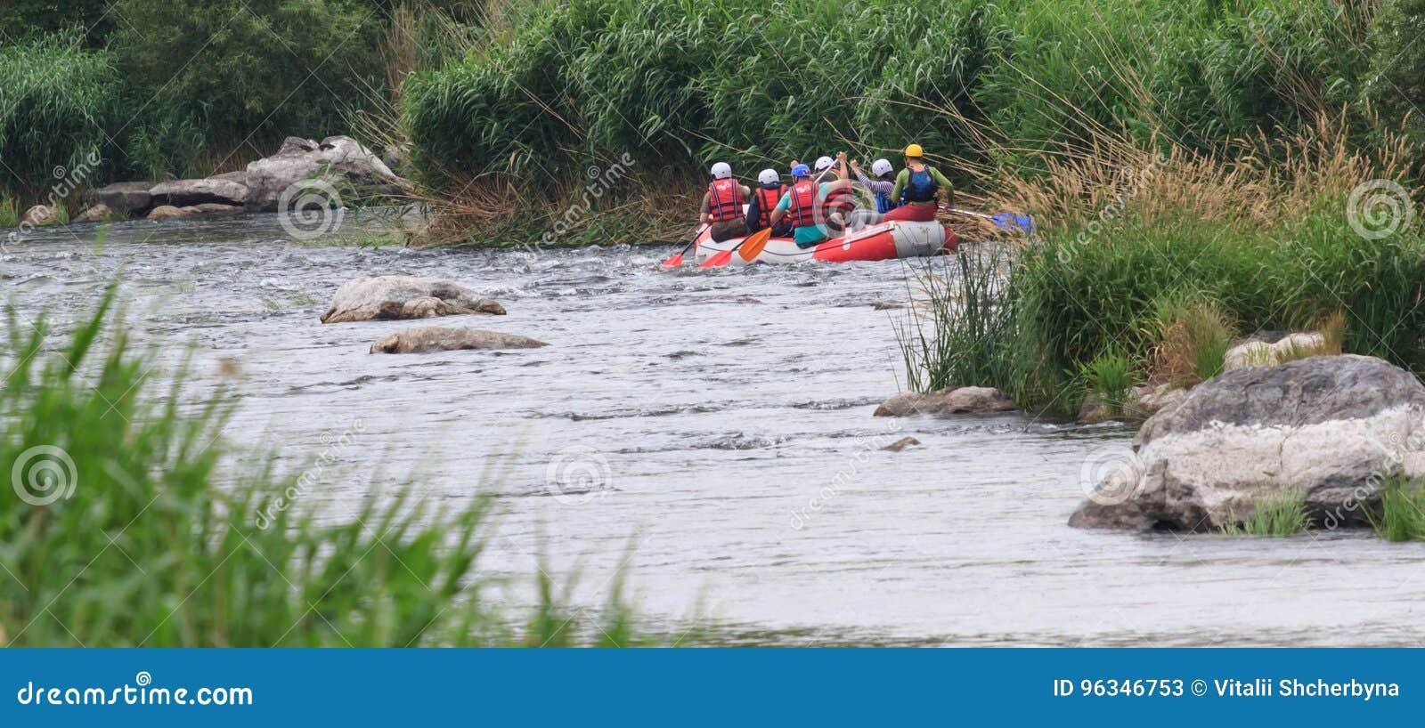 Migea Ucrania - 17 de junio de 2017 Grupo de aventurero que goza del agua que transporta actividad en balsa en el río Migea Ucran